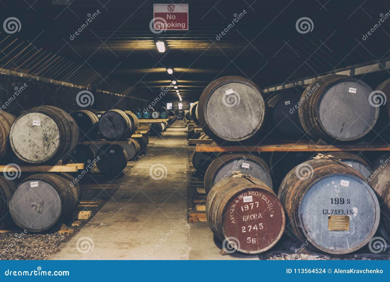 Βαρέλια του ουίσκυ μέσα στην αποθήκη εμπορευμάτων οινοπνευματοποιιών Brora στη Σκωτία, σπάνιο ουίσκυ Brora στο μέτωπο