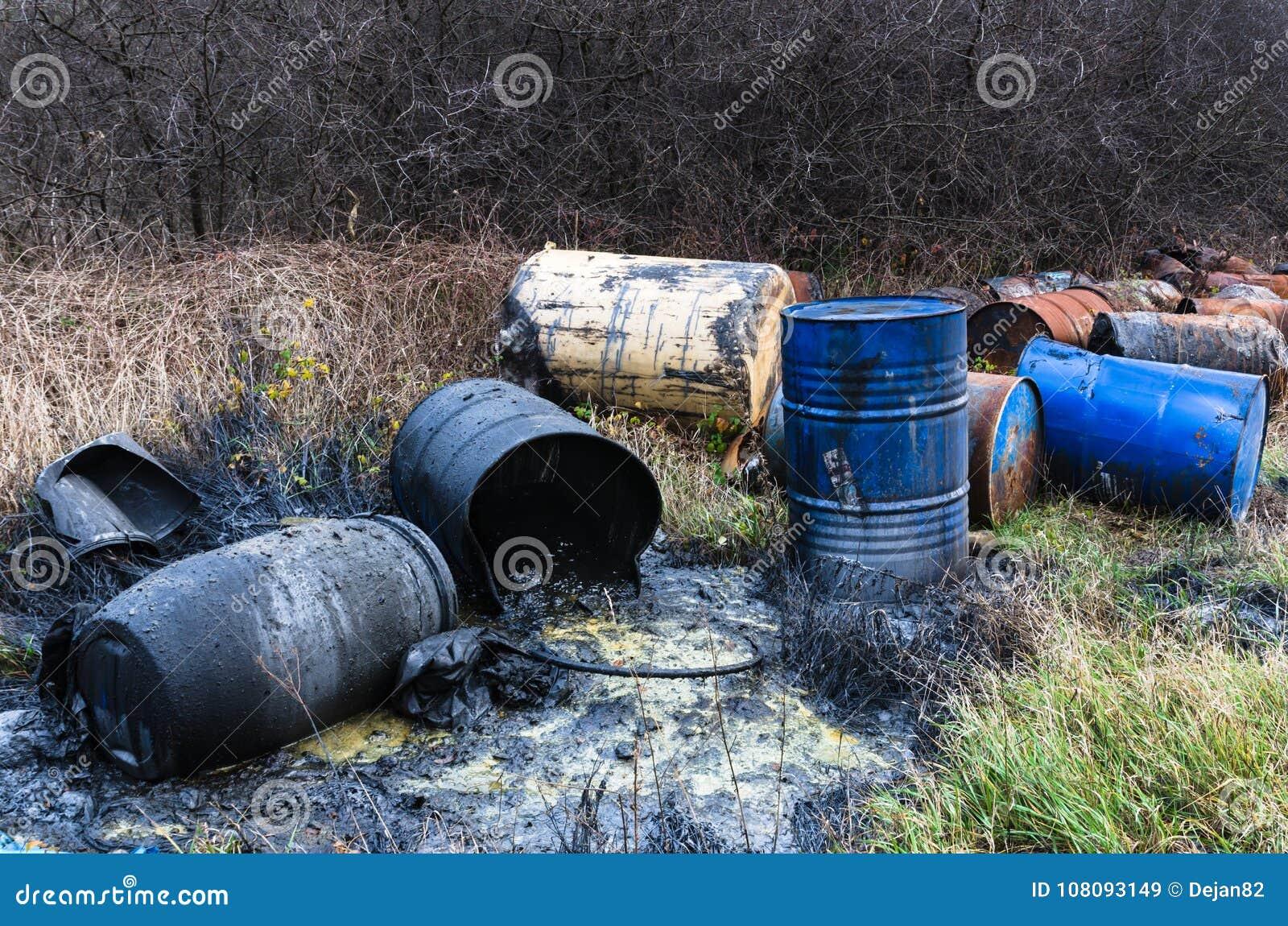 Βαρέλια των τοξικών αποβλήτων στη φύση