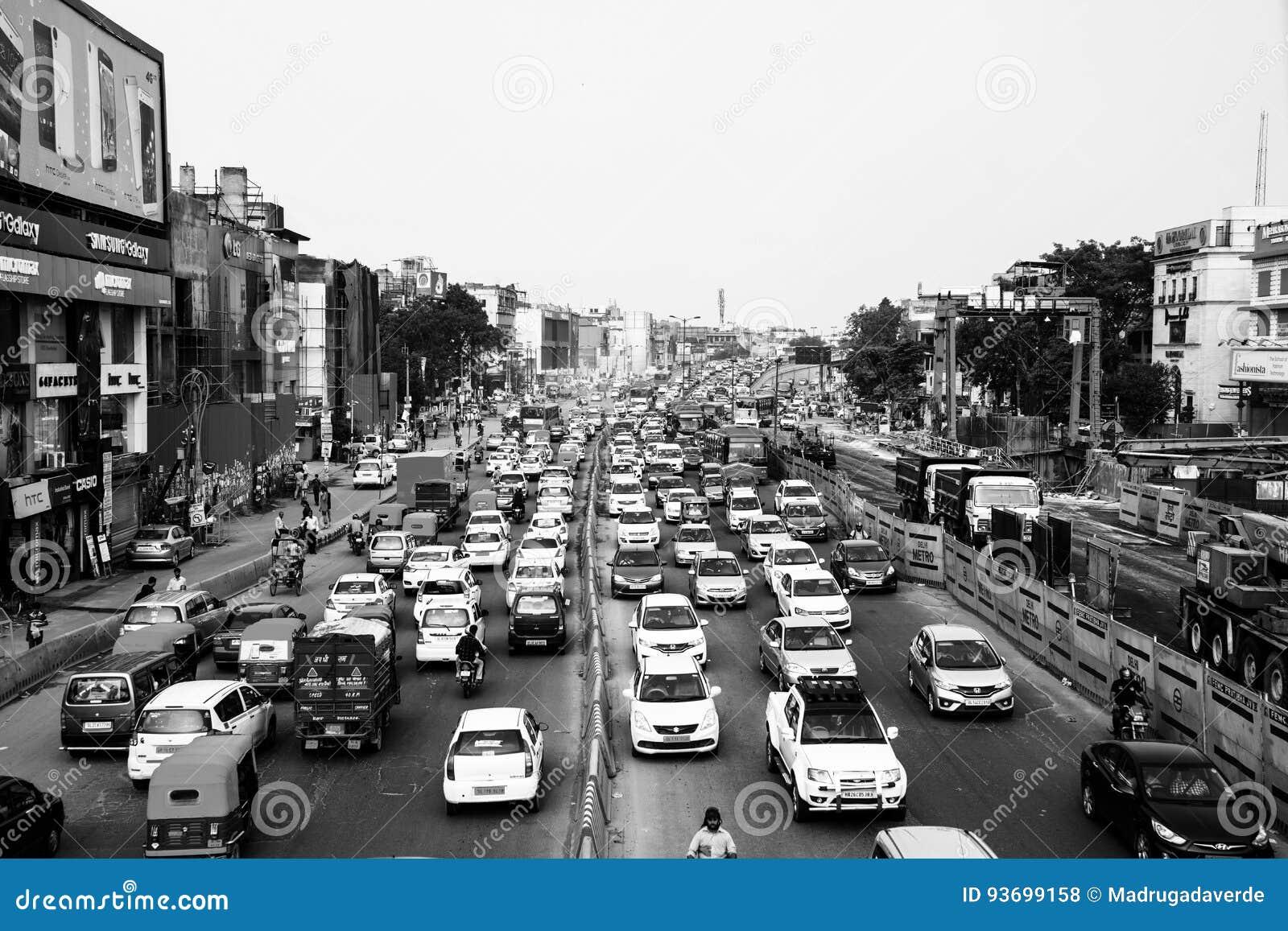 Βαριά κυκλοφορία αυτοκινήτων στο κέντρο πόλεων του Δελχί, Ινδία