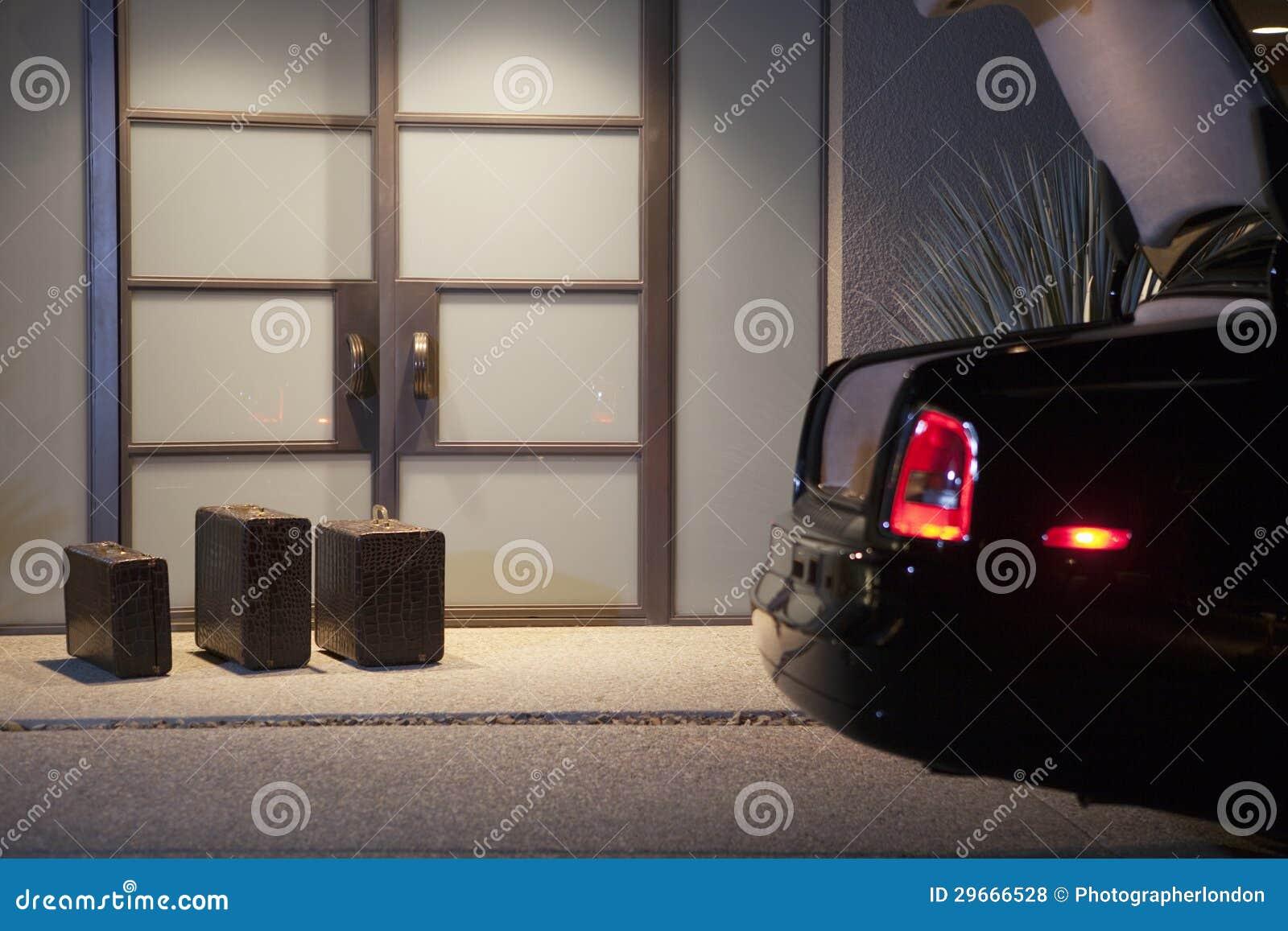 Βαλίτσες στην πόρτα