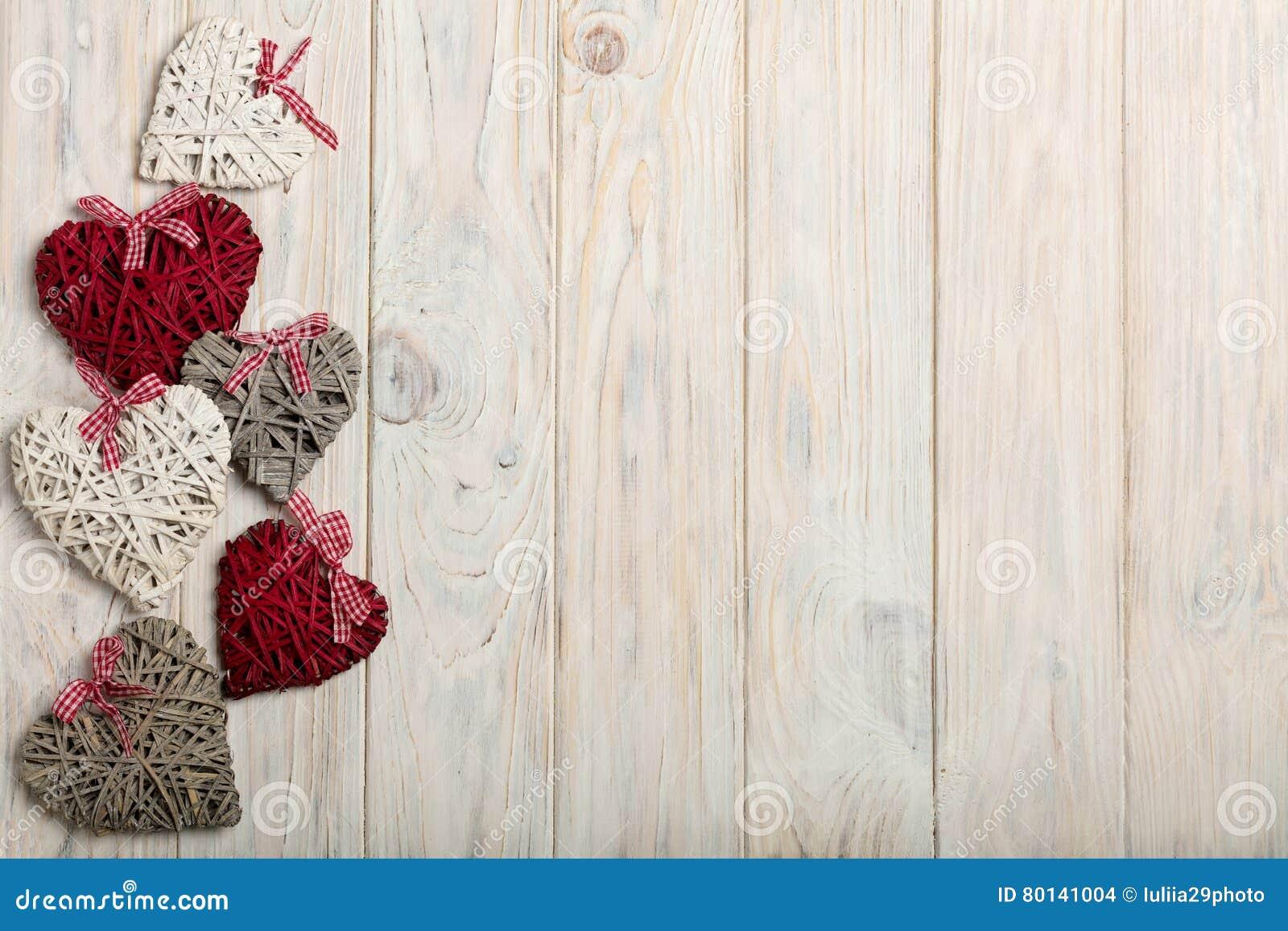 βαλεντίνος ημέρας s έννοια&sig Ψάθινες καρδιές στο ξύλινο υπόβαθρο W