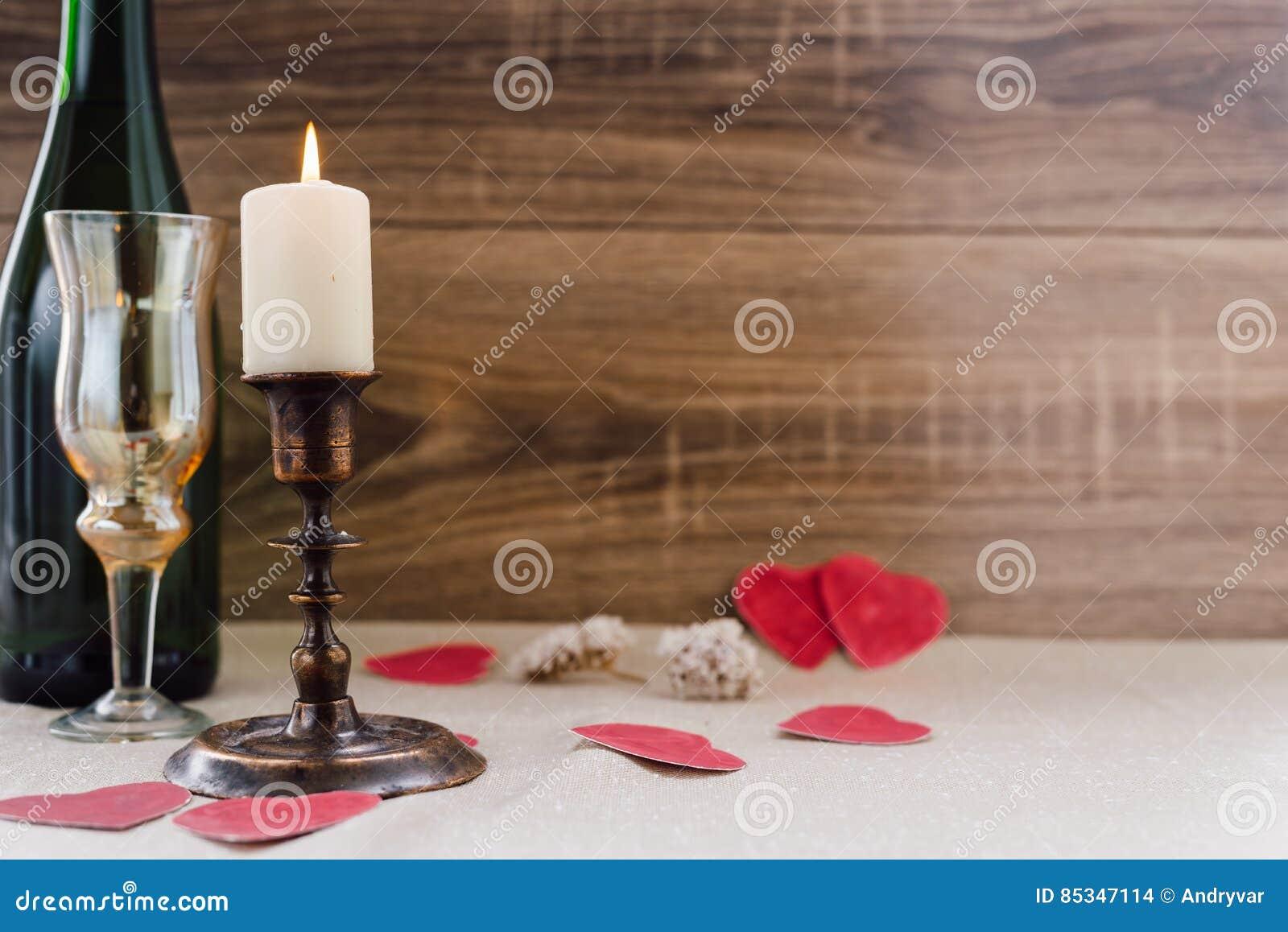 βαλεντίνος ημέρας s κρασί, κεριά, μικρή καρδιά