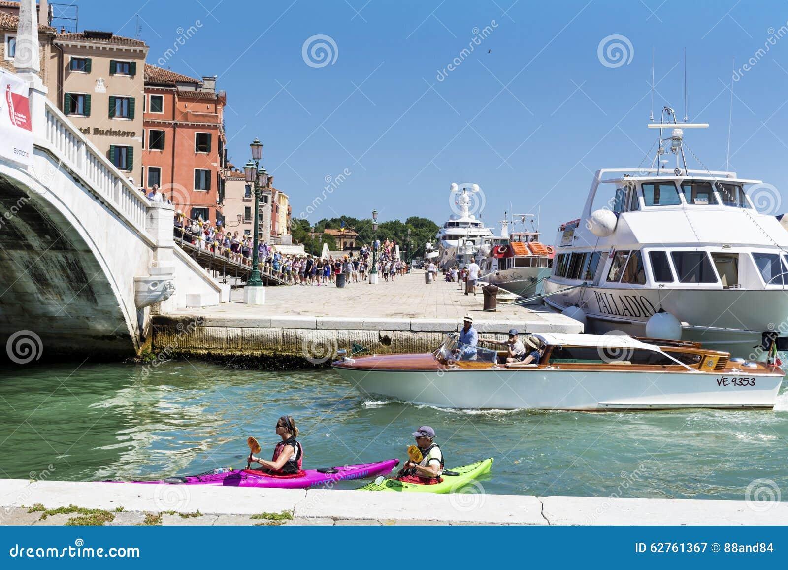 Βενετία, Ιταλία - τουρίστες με τα ζωηρόχρωμα κανό