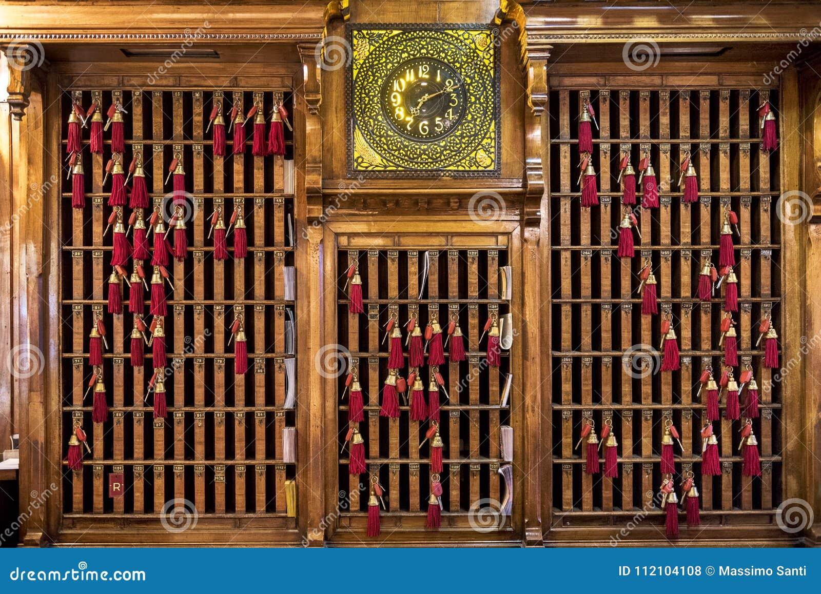 ΒΕΝΕΤΙΑ †«ΙΤΑΛΊΑ 6 Απριλίου 2017: Βασικό δαχτυλίδι του γραφείου υποδοχής με τα κλειδιά και τους κόκκινους θυσάνους