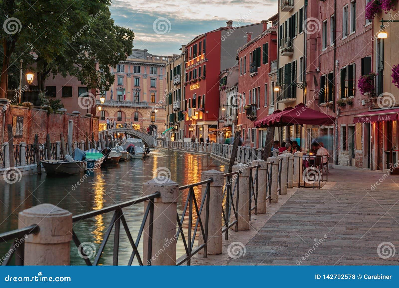Κανάλι στη Βενετία τη νύχτα