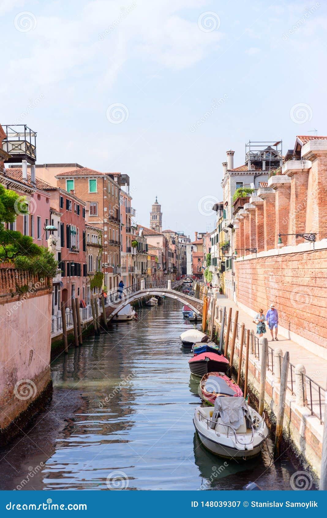 ΒΕΝΕΤΙΑ, ΙΤΑΛΙΑ - ΤΟ ΜΆΙΟ ΤΟΥ 2017: Άποψη του καναλιού οδών στη Βενετία, Ιταλία Ζωηρόχρωμες προσόψεις των παλαιών σπιτιών της Βεν