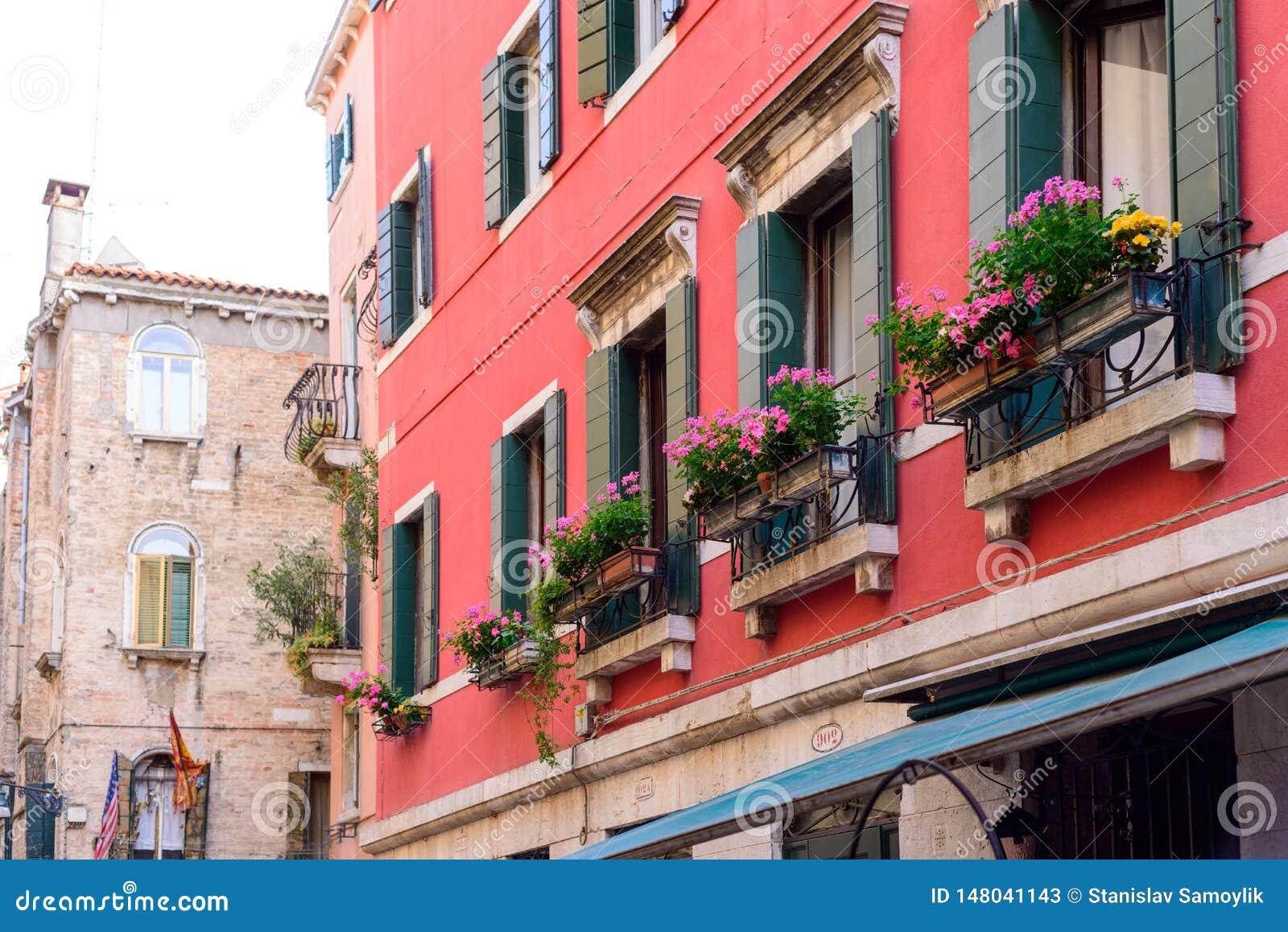 ΒΕΝΕΤΙΑ, ΙΤΑΛΙΑ - ΤΟ ΜΆΙΟ ΤΟΥ 2017: Κιβώτια λουλουδιών κάτω από ένα παράθυρο στη Βενετία, Ιταλία