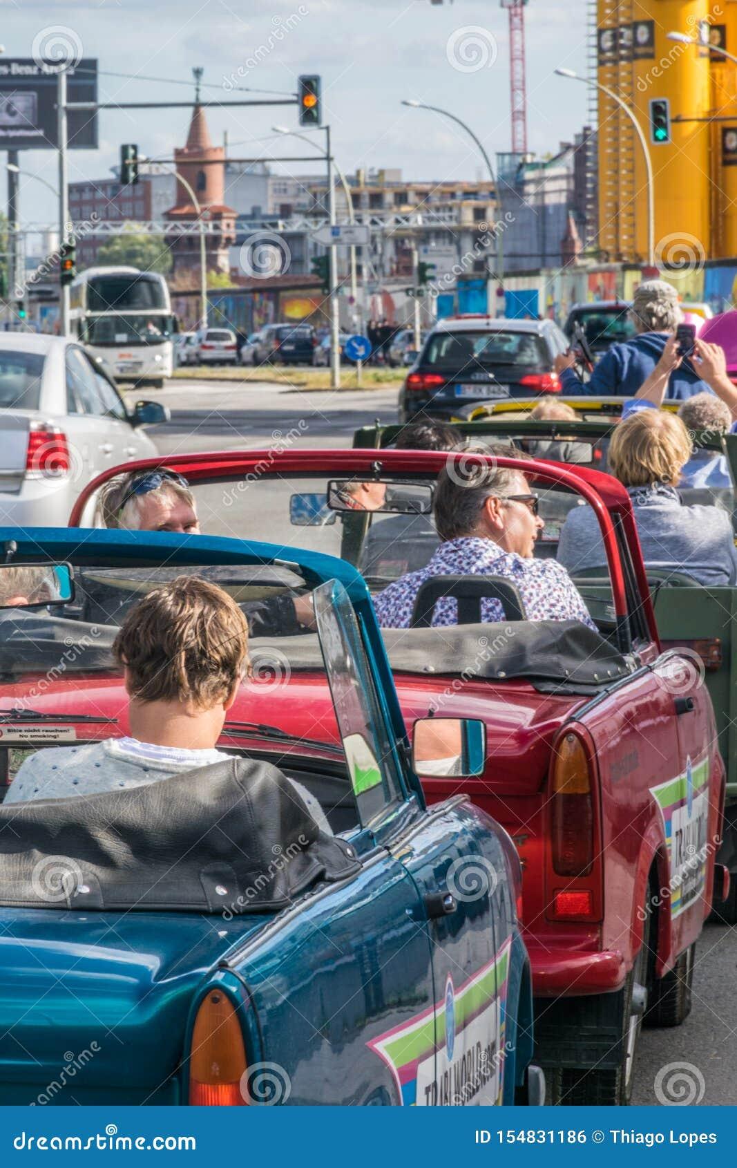 ΒΕΡΟΛΙΝΟ, ΓΕΡΜΑΝΙΑ - 26 Σεπτεμβρίου 2018: Ζωηρόχρωμο αστικό περιβάλλον των τουριστών που οδηγούν τα οχήματα trabi-σαφάρι, αυτοκίν