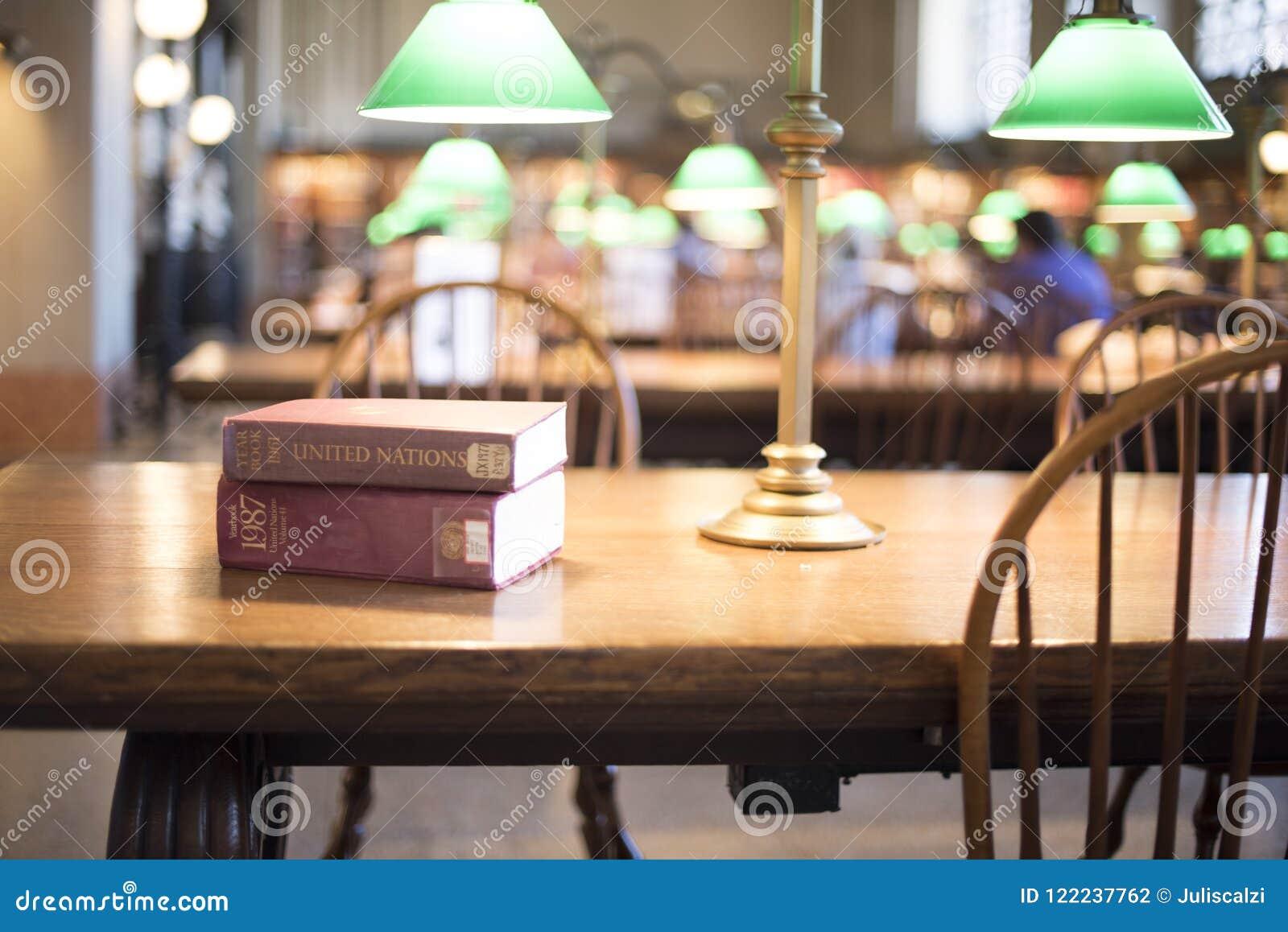 Βιβλία στον πίνακα στη βιβλιοθήκη