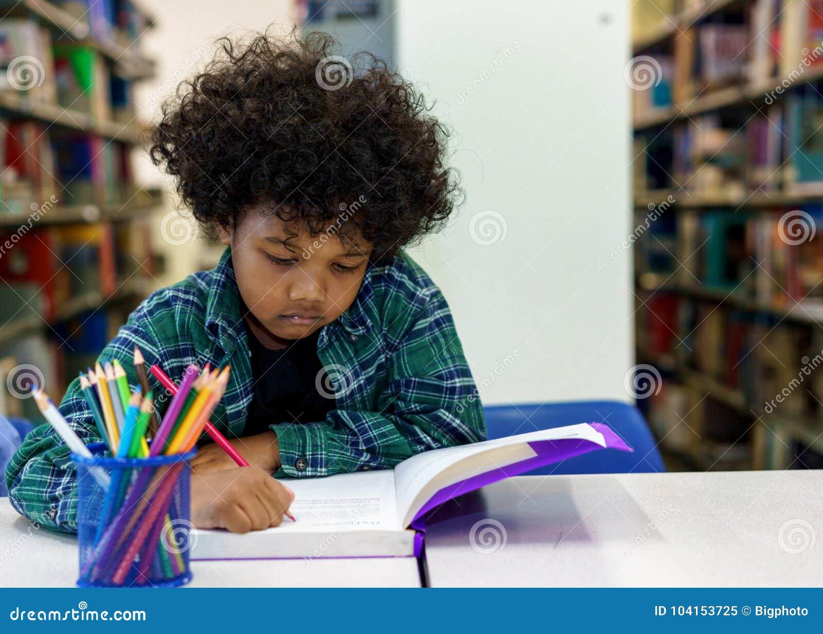 Βιβλίο ανάγνωσης μικρών παιδιών στη βιβλιοθήκη
