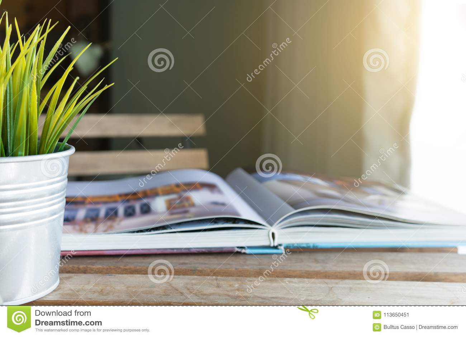Βιβλίο και μικρό δοχείο στον πίνακα στο καθιστικό