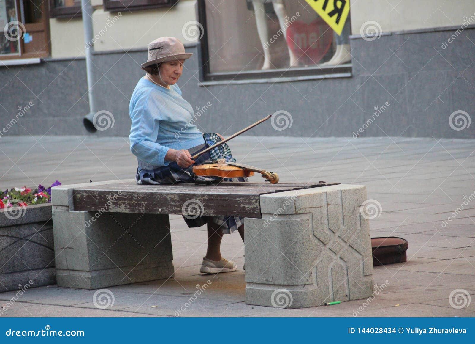 Βιολιστής Μόσχα ηλικιωμένων κυριών