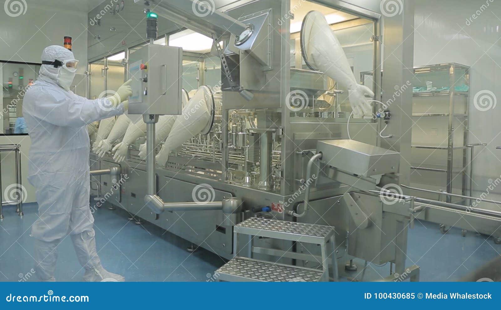 Βιομηχανία φαρμάκων Αρσενική ποιότητα επιθεώρησης βιομηχανικών εργατών των χαπιών που συσκευάζουν στο φαρμακευτικό εργοστάσιο αυτ