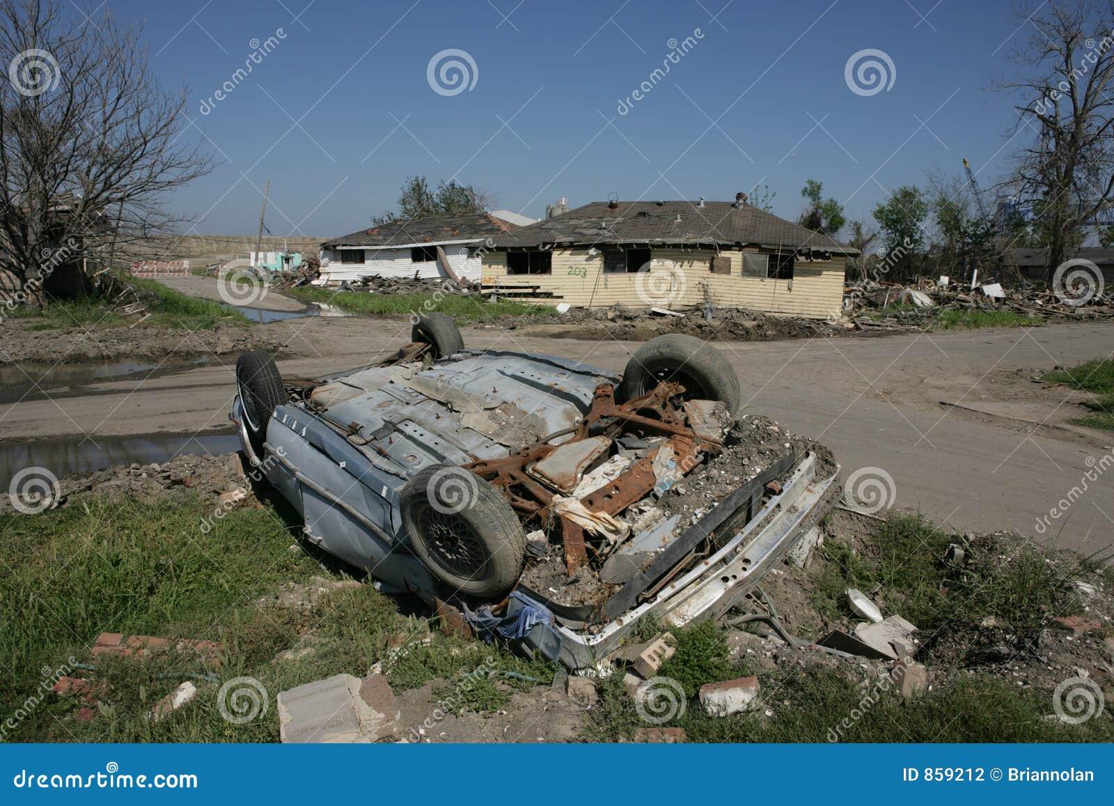 βιομηχανικός αυτοκινήτων καναλιών που ανατρέπεται πλησίον