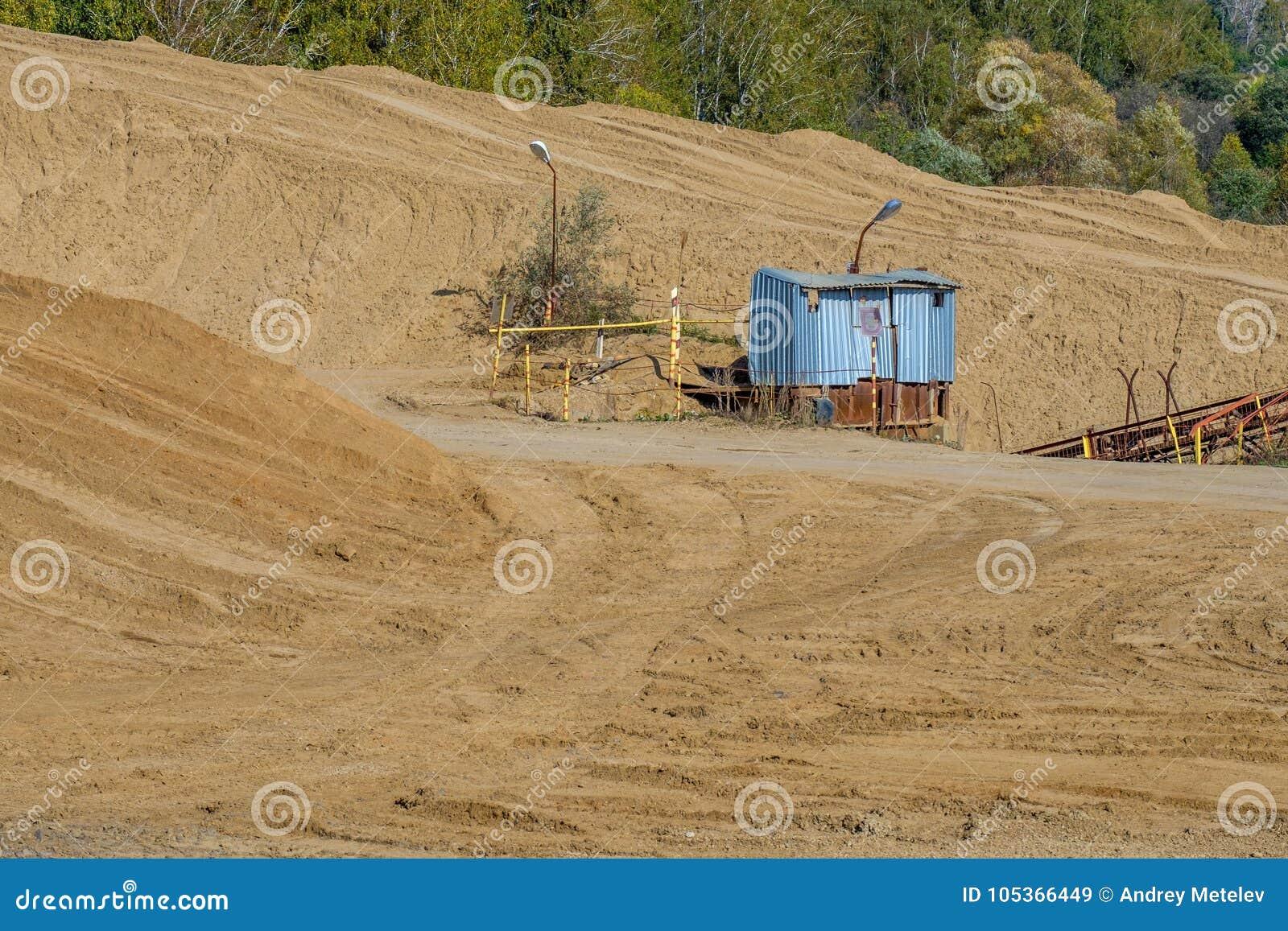 Βιομηχανικό κτήριο των αναχωμάτων του αμμοχάλικου, ένα λατομείο που παράγει τη συντριμμένη πέτρα