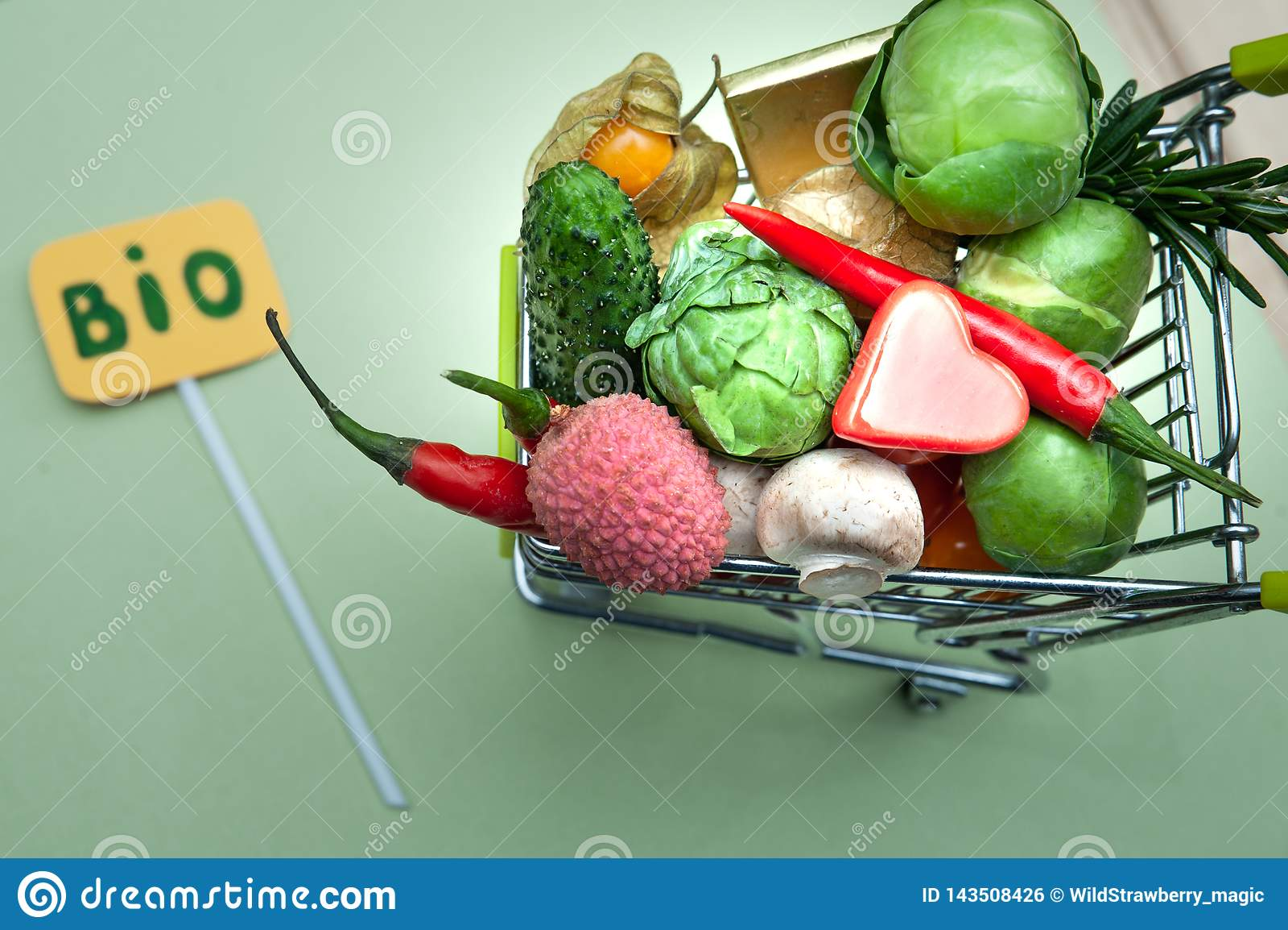 Βιο έννοια οργανικής τροφής υγείας, κάρρο αγορών στο σύνολο υπεραγορών των φρούτων και λαχανικών, Τοπ όψη