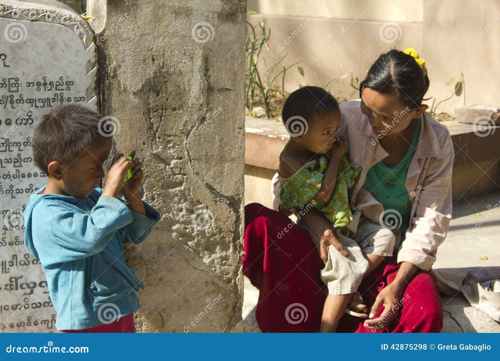 Βιρμανίδα οικογένεια γιος μητέρων