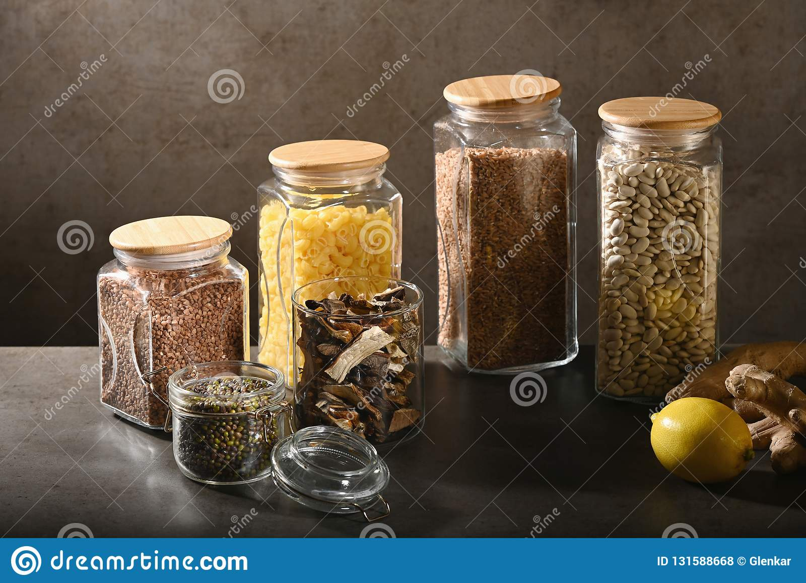Βιώσιμη έννοια τρόπου ζωής, μηά απόβλητα, δημητριακά και beas στο γυαλί, φιλικά, πλαστικά ελεύθερα στοιχεία eco