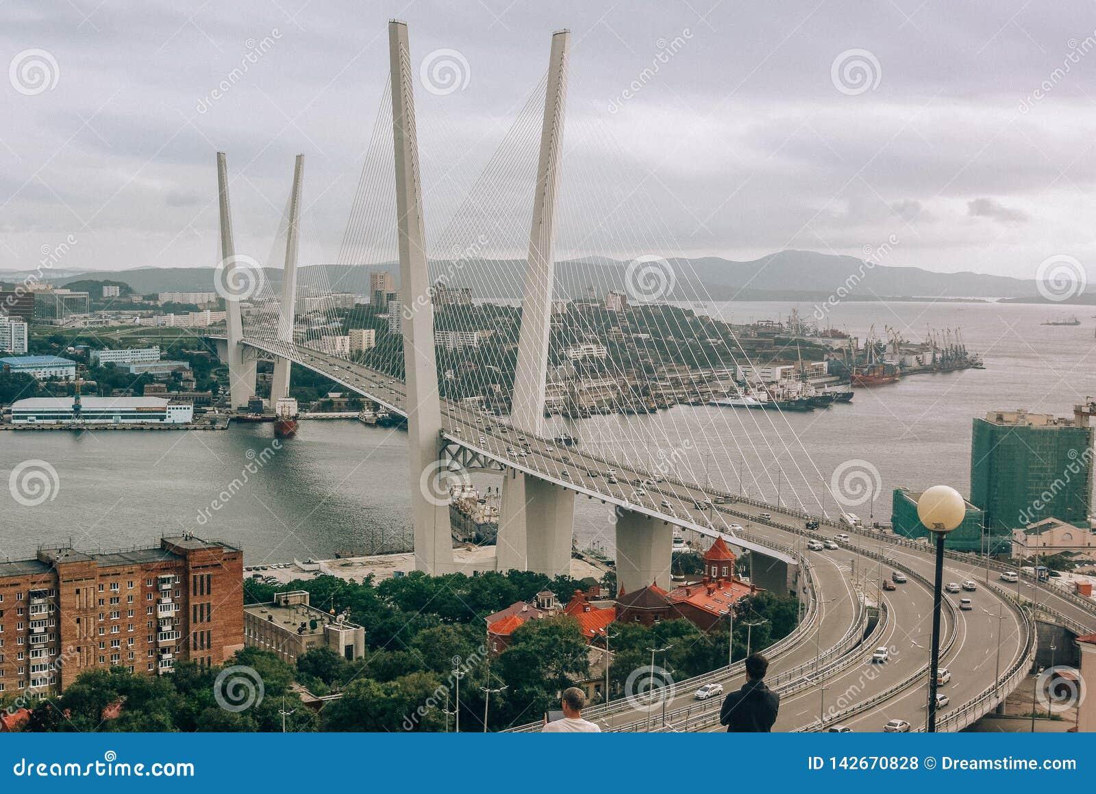 Βλαδιβοστόκ, Ρωσία - 15 Αυγούστου 2015: Καλώδιο-μένοντη γέφυρα στο Βλαδιβοστόκ στο χρυσό κόλπο κέρατων