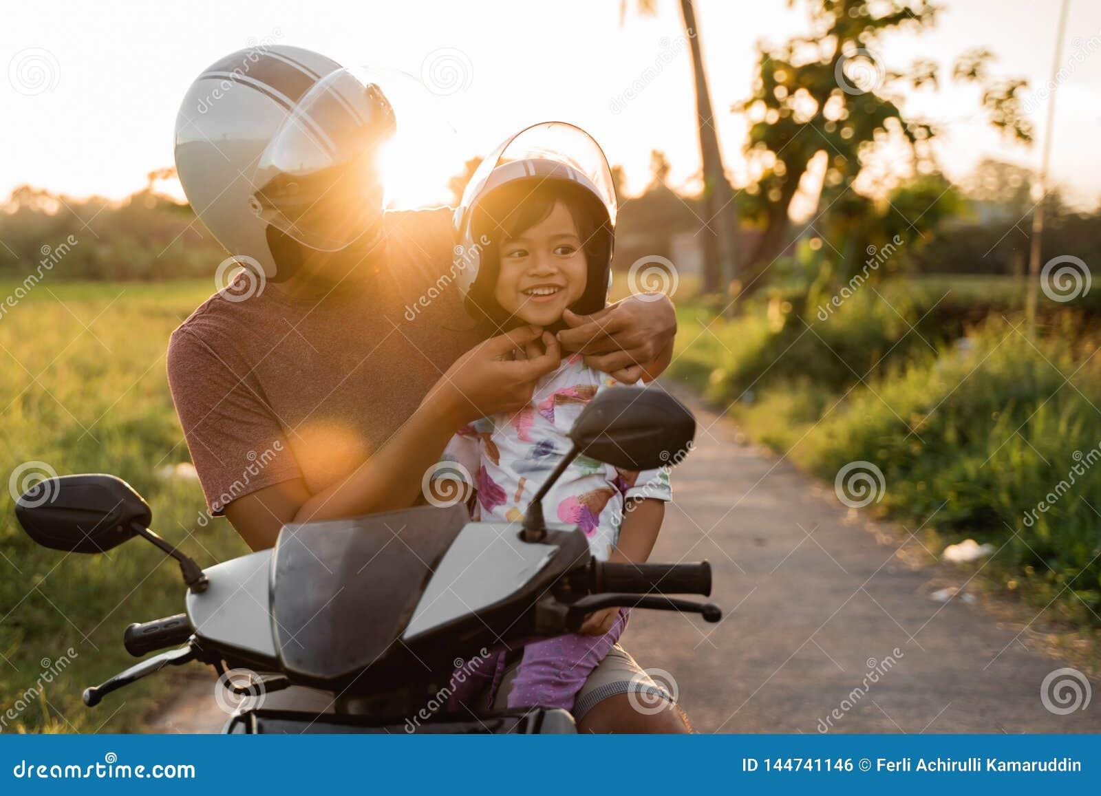Βοήθεια μπαμπάδων η κόρη της για να στερεώσει το κράνος