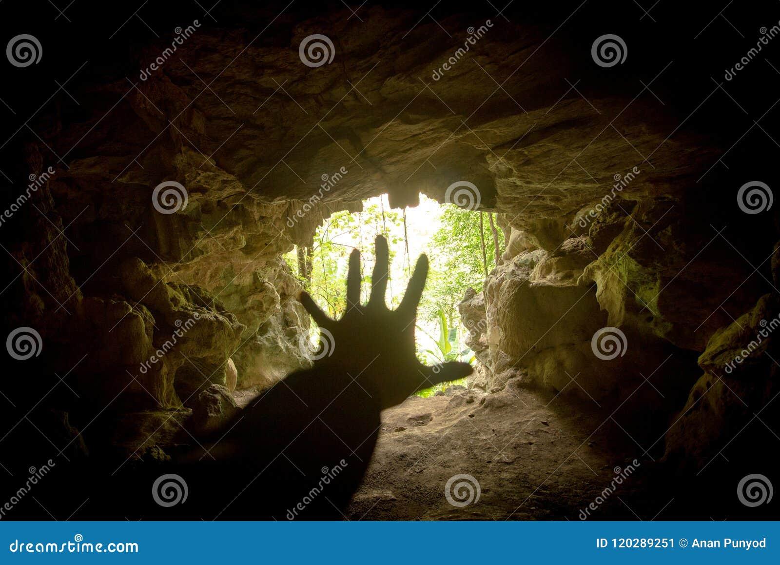 Βοήθεια χεριών στη σπηλιά και το στόμα σπηλιών