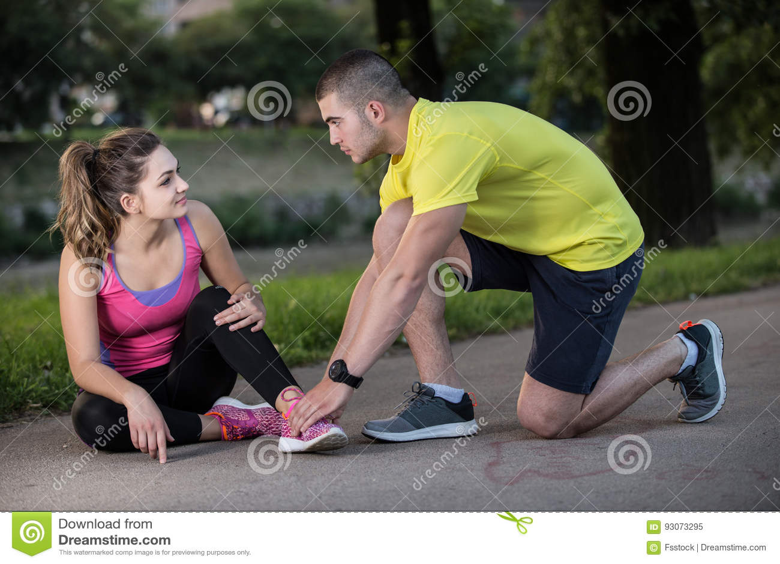 Βοήθειες ανδρών στη γυναίκα με το τραυματισμένο γόνατο στην αθλητική δραστηριότητα