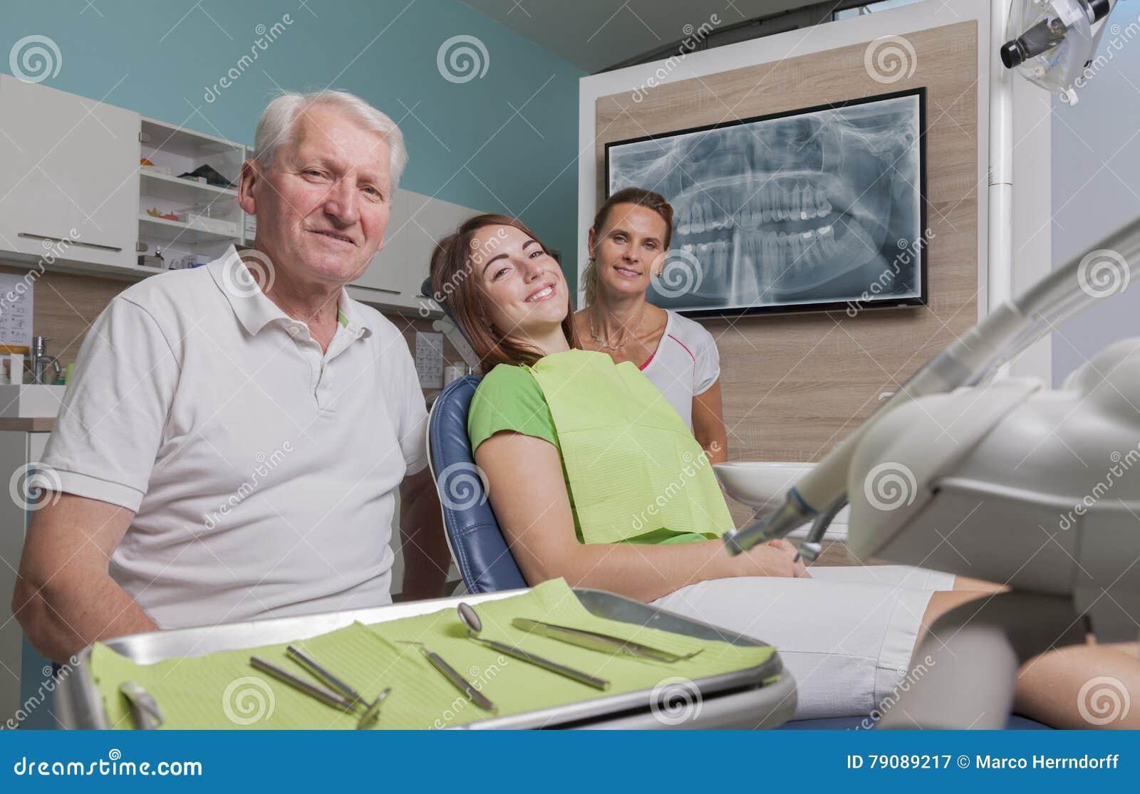 Βοηθός και ασθενής οδοντιάτρων στο δωμάτιο θεραπείας