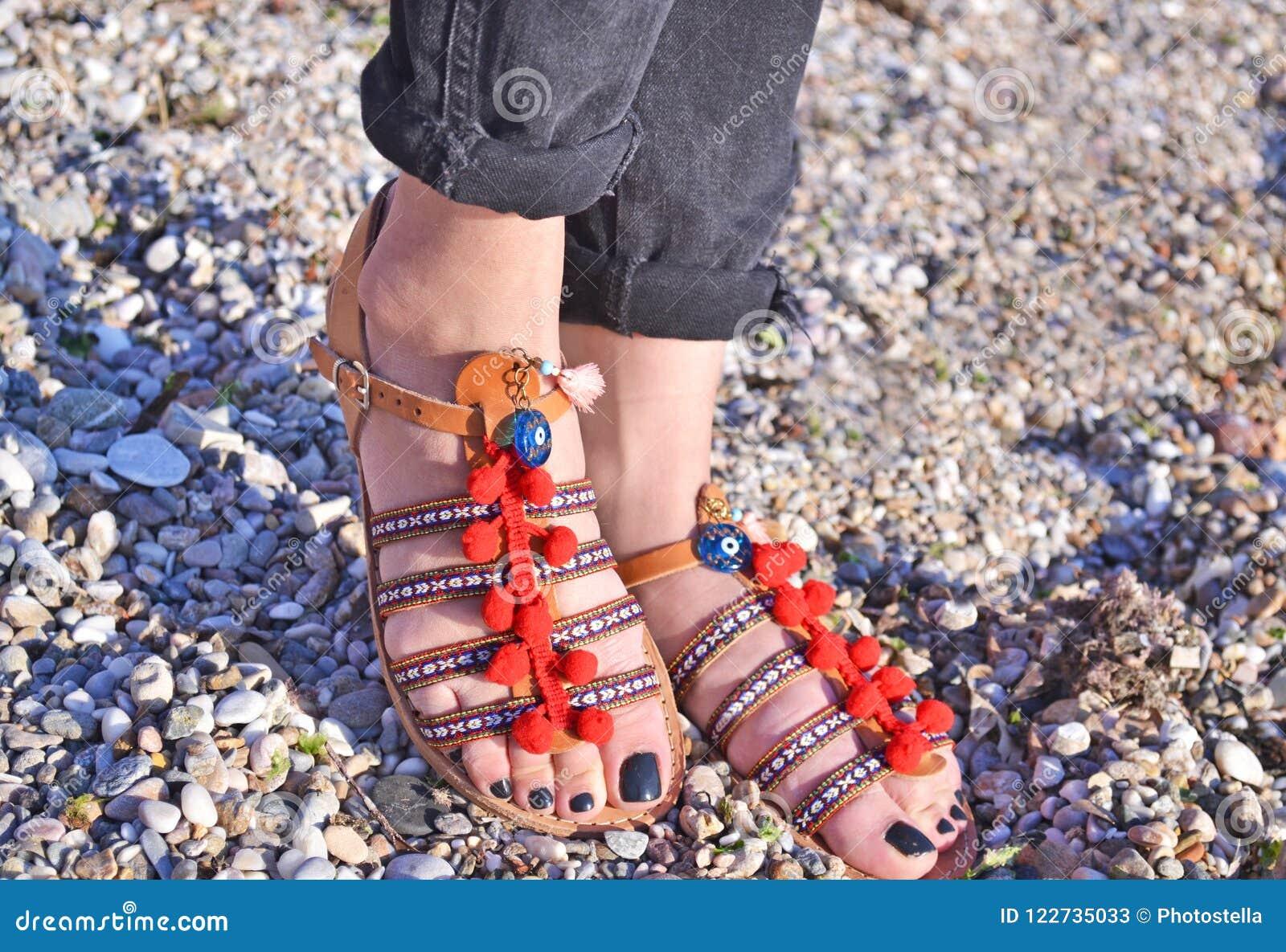 Βοημίας διαφήμιση σανδαλιών στην παραλία - ελληνικά σανδάλια δέρματος