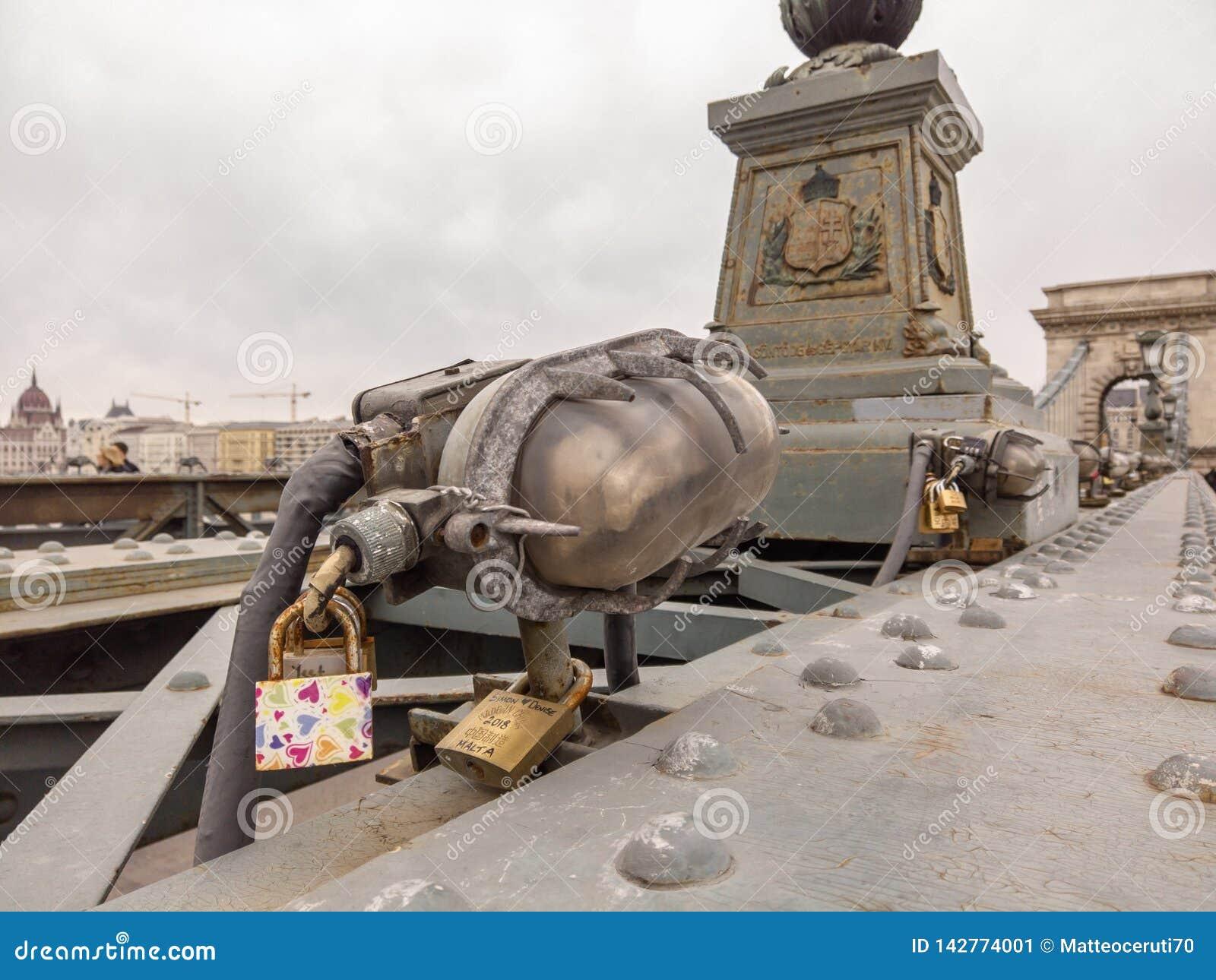 Βουδαπέστη, Ουγγαρία Σύνολο λουκέτων με τα μηνύματα της αγάπης στη γέφυρα αλυσίδων