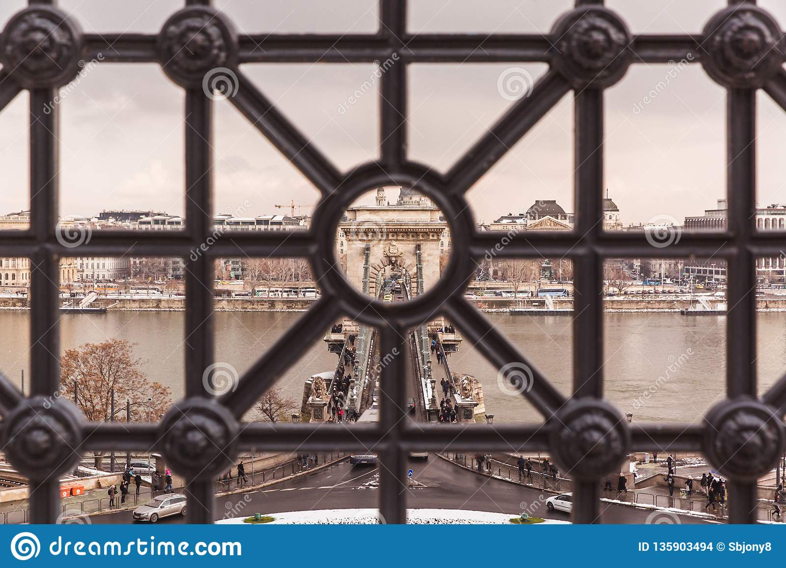 ΒΟΥΔΑΠΕΣΤΗ, ΟΥΓΓΑΡΙΑ - 16 ΔΕΚΕΜΒΡΊΟΥ 2018: Τοπ άποψη για να αλυσοδέσει τη γέφυρα το χειμώνα με το χιόνι στη Βουδαπέστη, Ουγγαρία