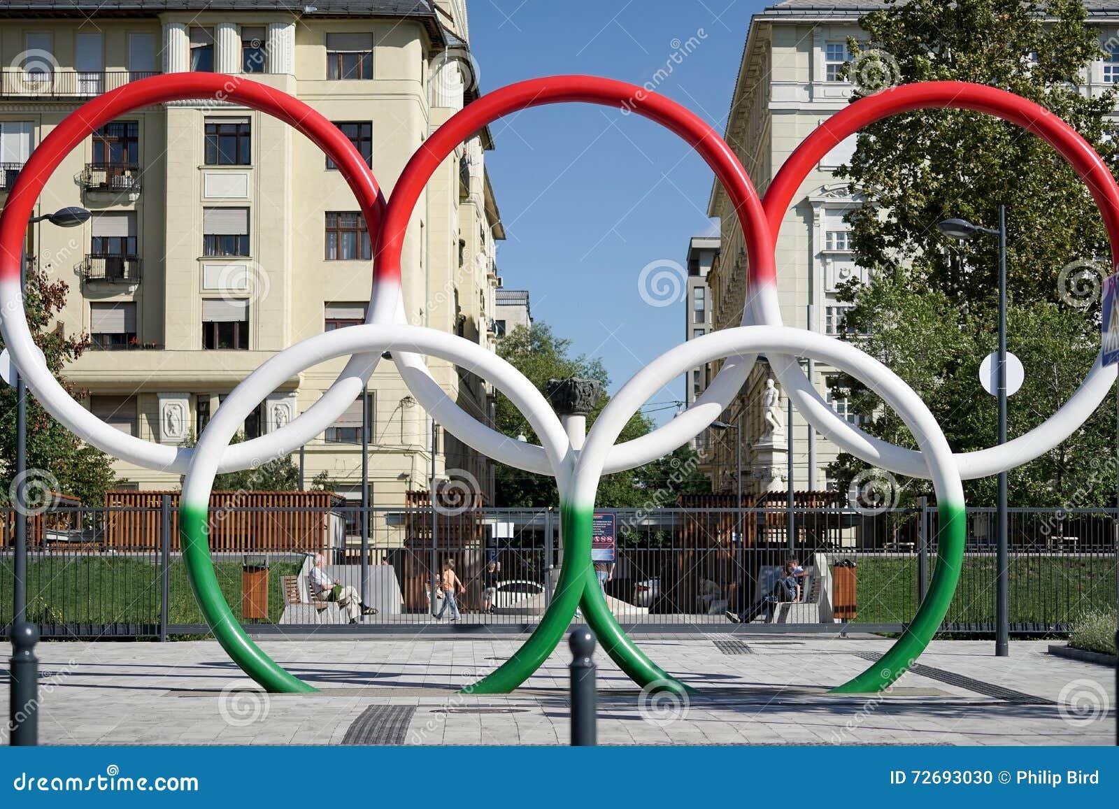 ΒΟΥΔΑΠΕΣΤΗ, HUNGARY/EUROPE - 21 ΣΕΠΤΕΜΒΡΊΟΥ: Ολυμπιακά δαχτυλίδια σε Hunga