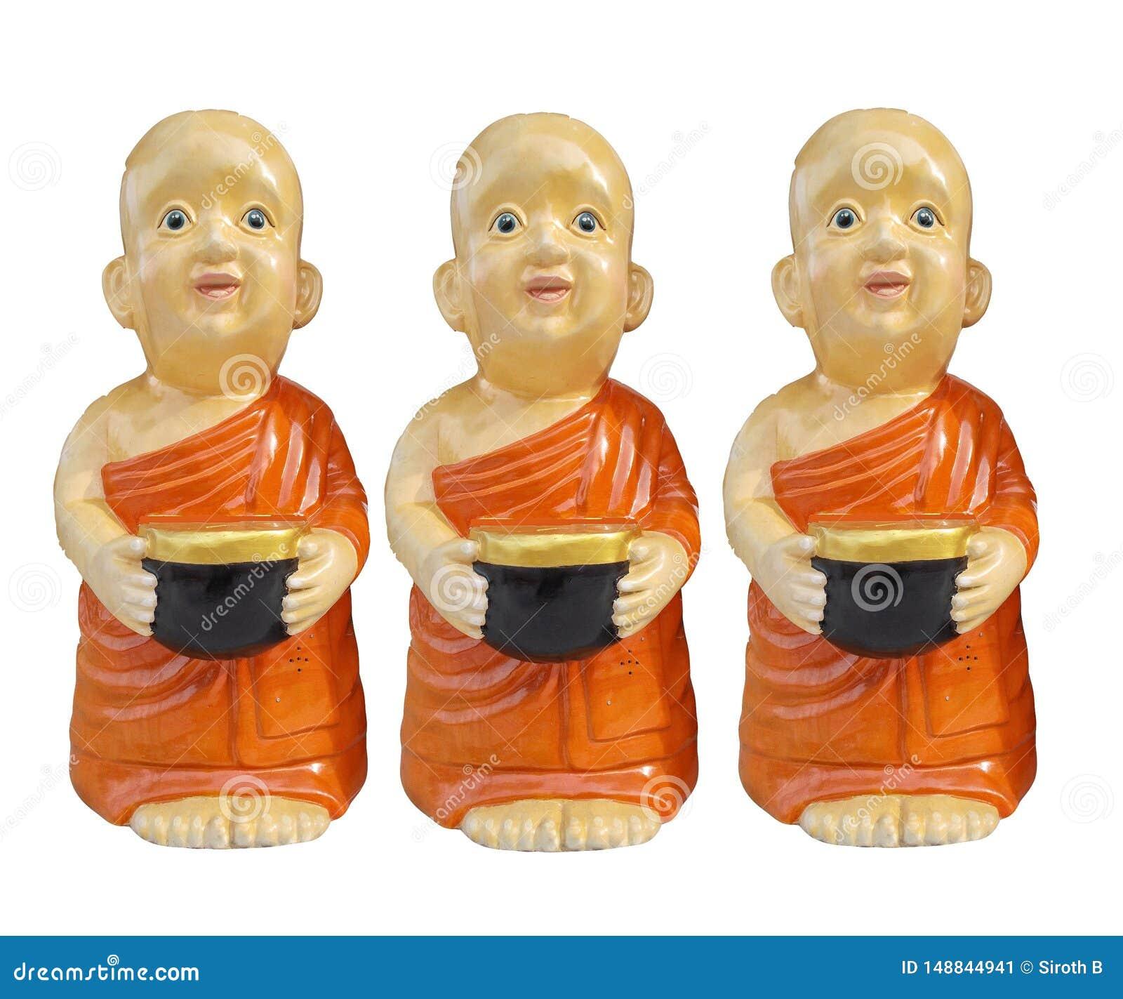 Βουδιστικοί χαρακτήρες ρητίνης αρχαρίων που κρατούν το κύπελλο ελεημοσυνών υπό εξέταση απομονωμένο στο άσπρο υπόβαθρο
