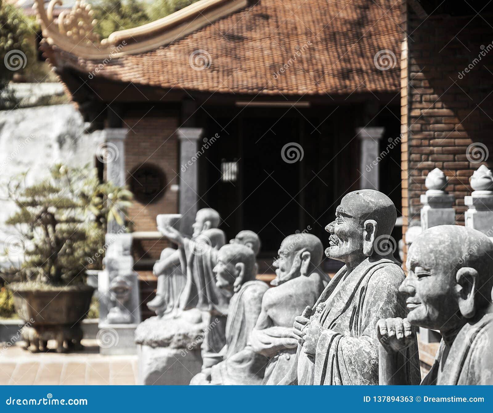 Βουδιστικός ναός στο νησί Phu Quoc με πολλά αγάλματα