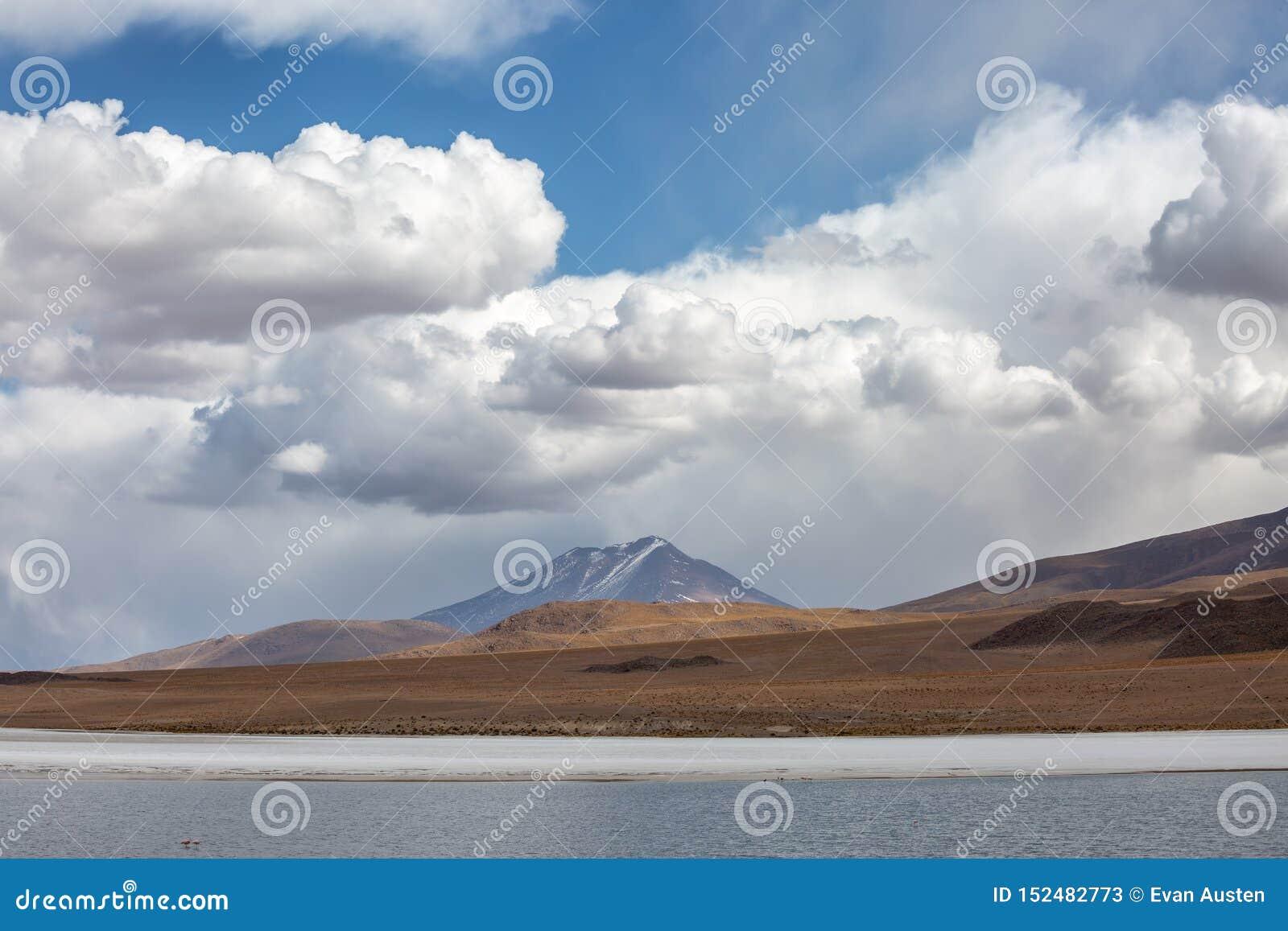 Βουνά, θυελλώδεις ουρανοί και βροχερά σύννεφα στο βολιβιανό Andest