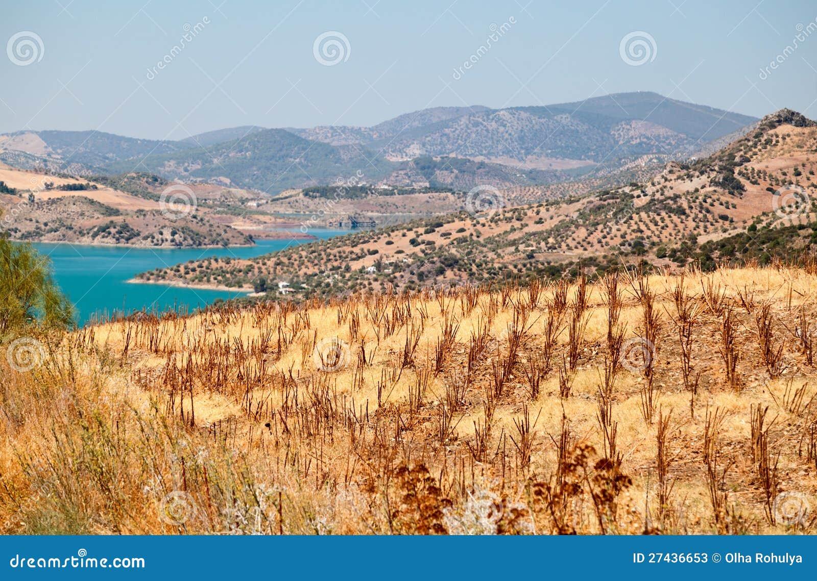 Βουνά και λίμνη κοντά Zahara de Λα Sierra