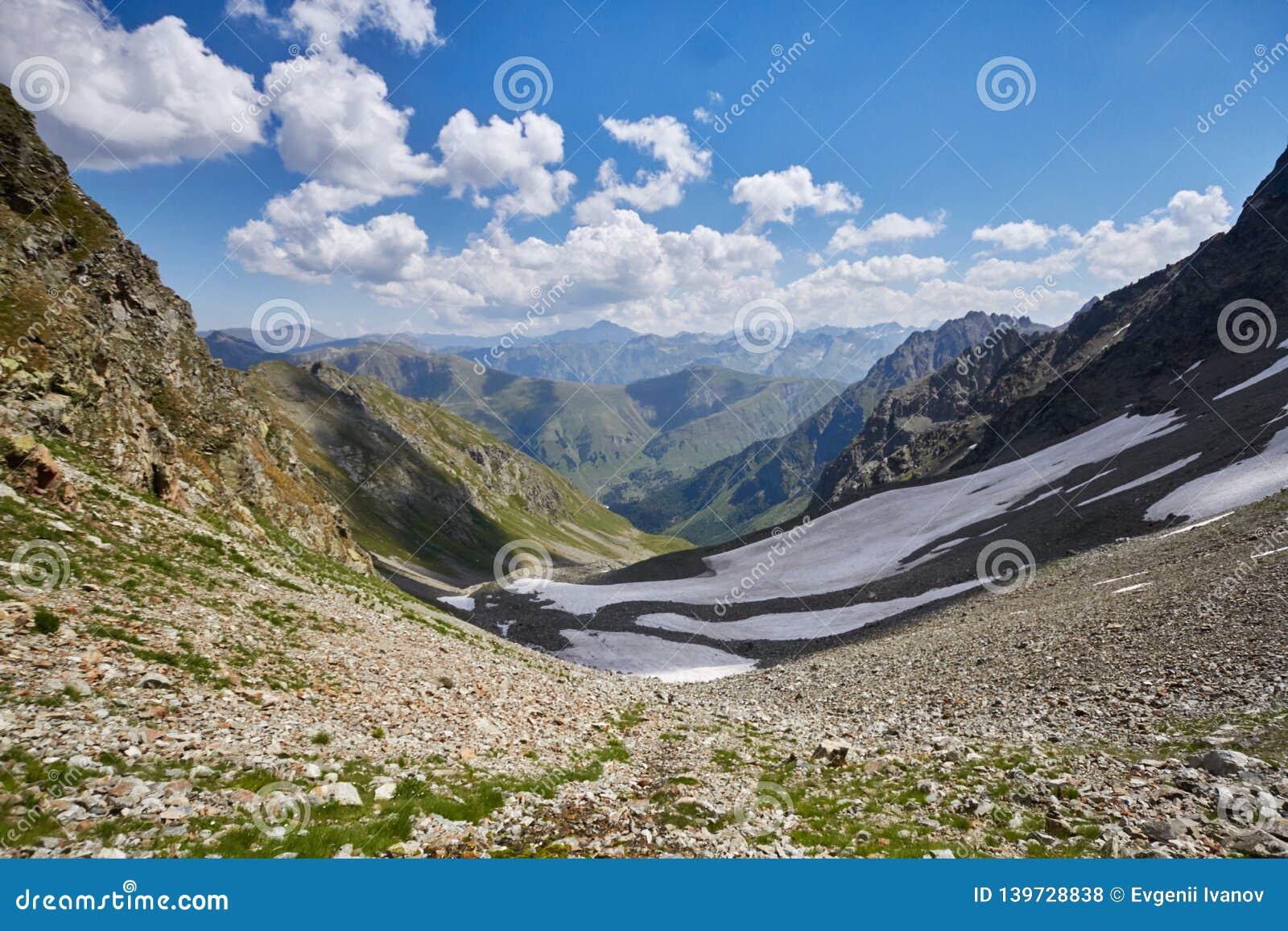 Βουνά Καύκασου λιμνών το καλοκαίρι, η τήξη της λίμνης Arkhyz Sofia κορυφογραμμών παγετώνων Όμορφα υψηλά βουνά της Ρωσίας, σαφής π