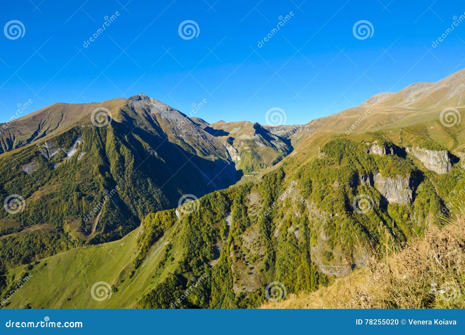 Βουνά Καύκασου το καλοκαίρι και το μπλε ουρανό άποψη από Gudauri