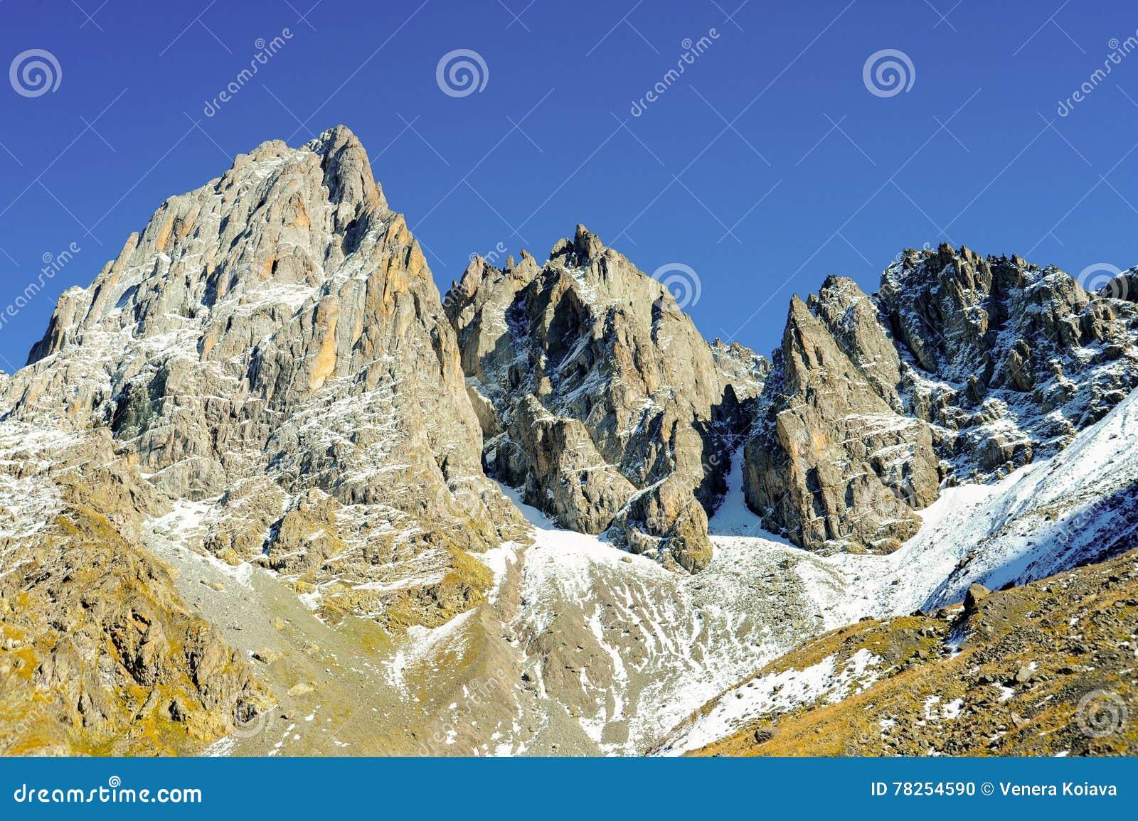 Βουνά Καύκασου το καλοκαίρι, μπλε ουρανός μέγιστο Chiukhebi, χωριό Juta