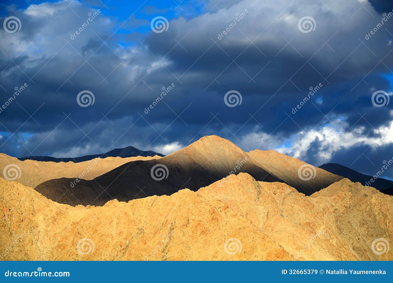 Βουνά στο ηλιοβασίλεμα