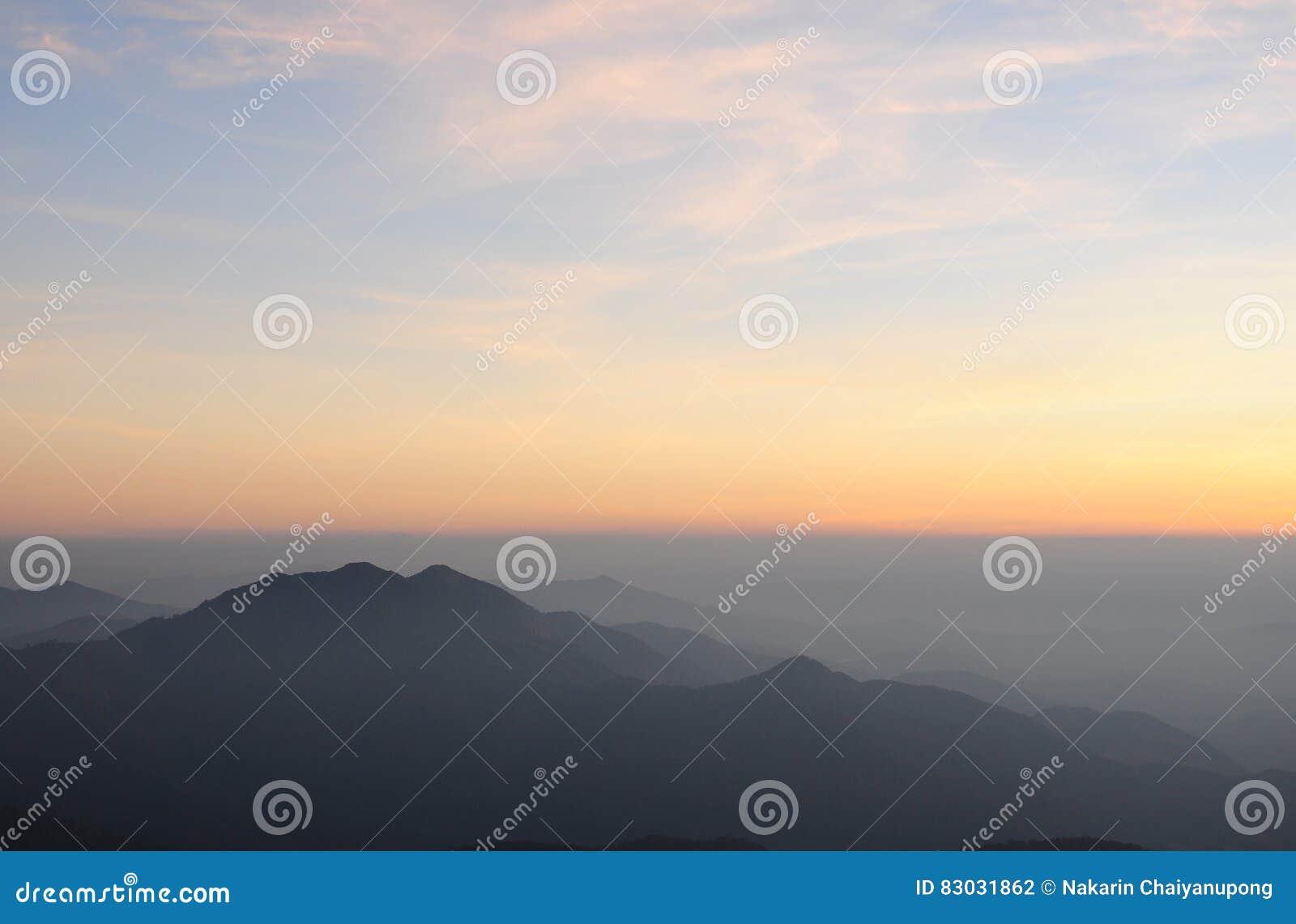 βουνά τοπίων πέρα από την ανατ