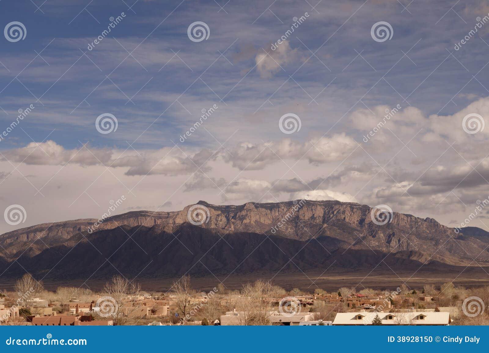 Βουνά Sandia με την ηλιοφάνεια και τα σύννεφα