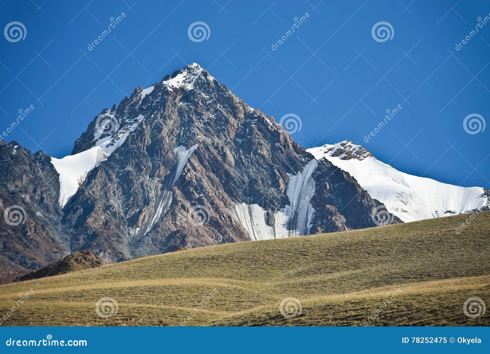Βουνό, απότομοι βράχοι, παγετώνες και snowfields στην Τιέν Σαν