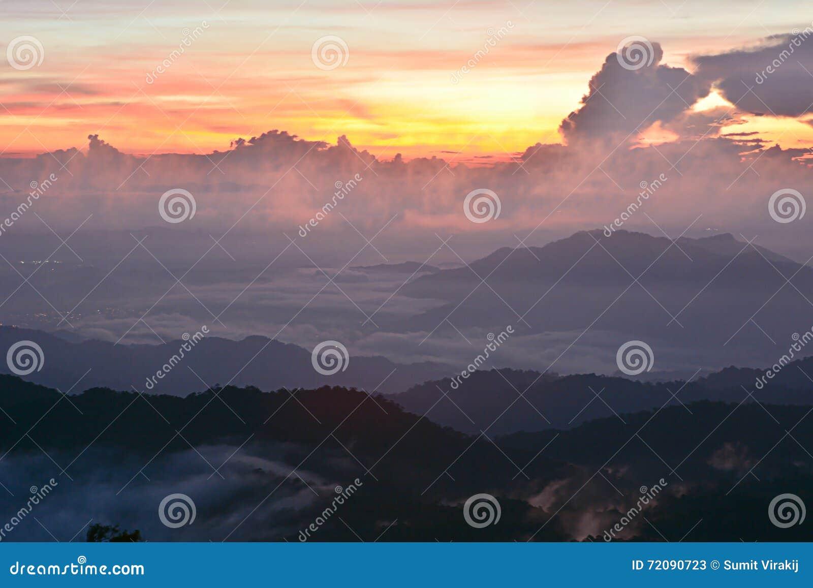 Βουνό ηλιοβασιλέματος με την υδρονέφωση
