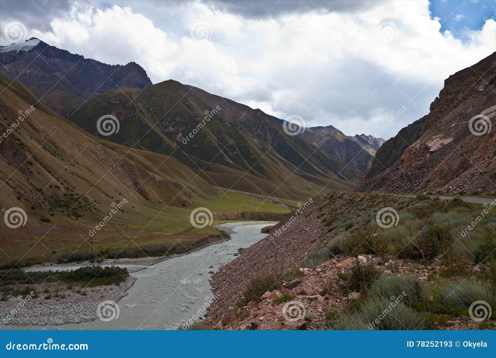 Βουνό, κοιλάδα, φαράγγι και ποταμός στην Τιέν Σαν