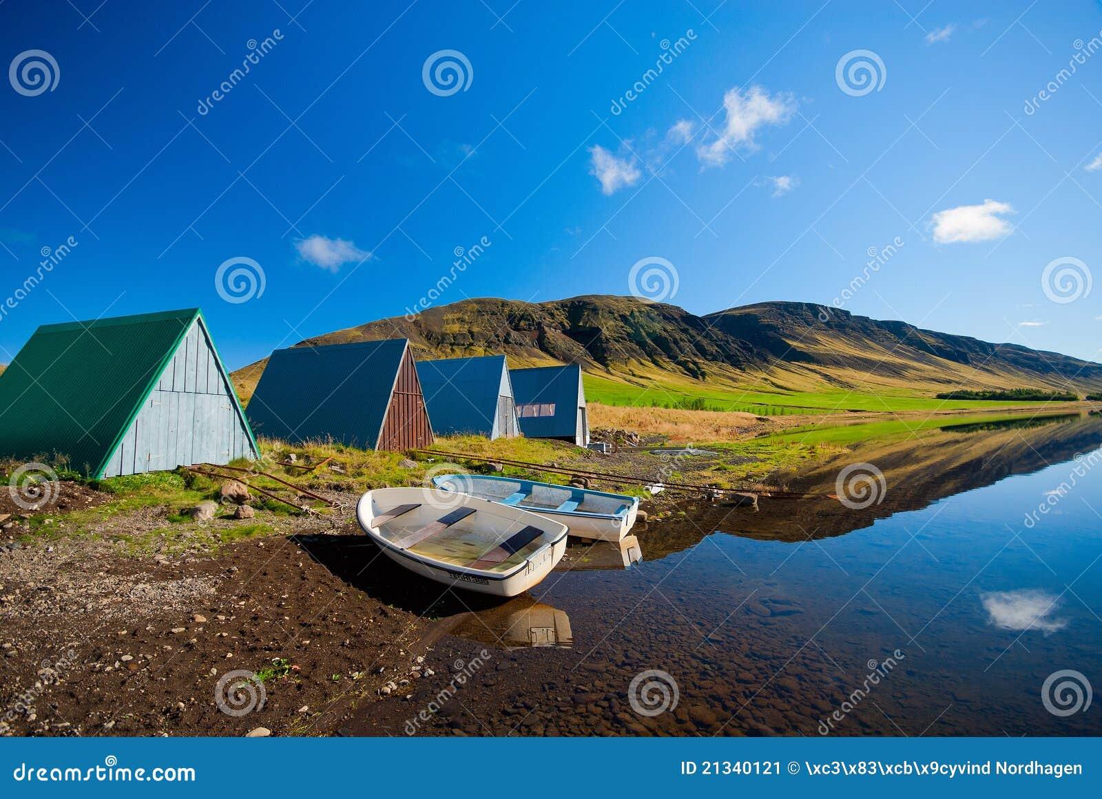 βουνό λιμνών σπιτιών βαρκών α