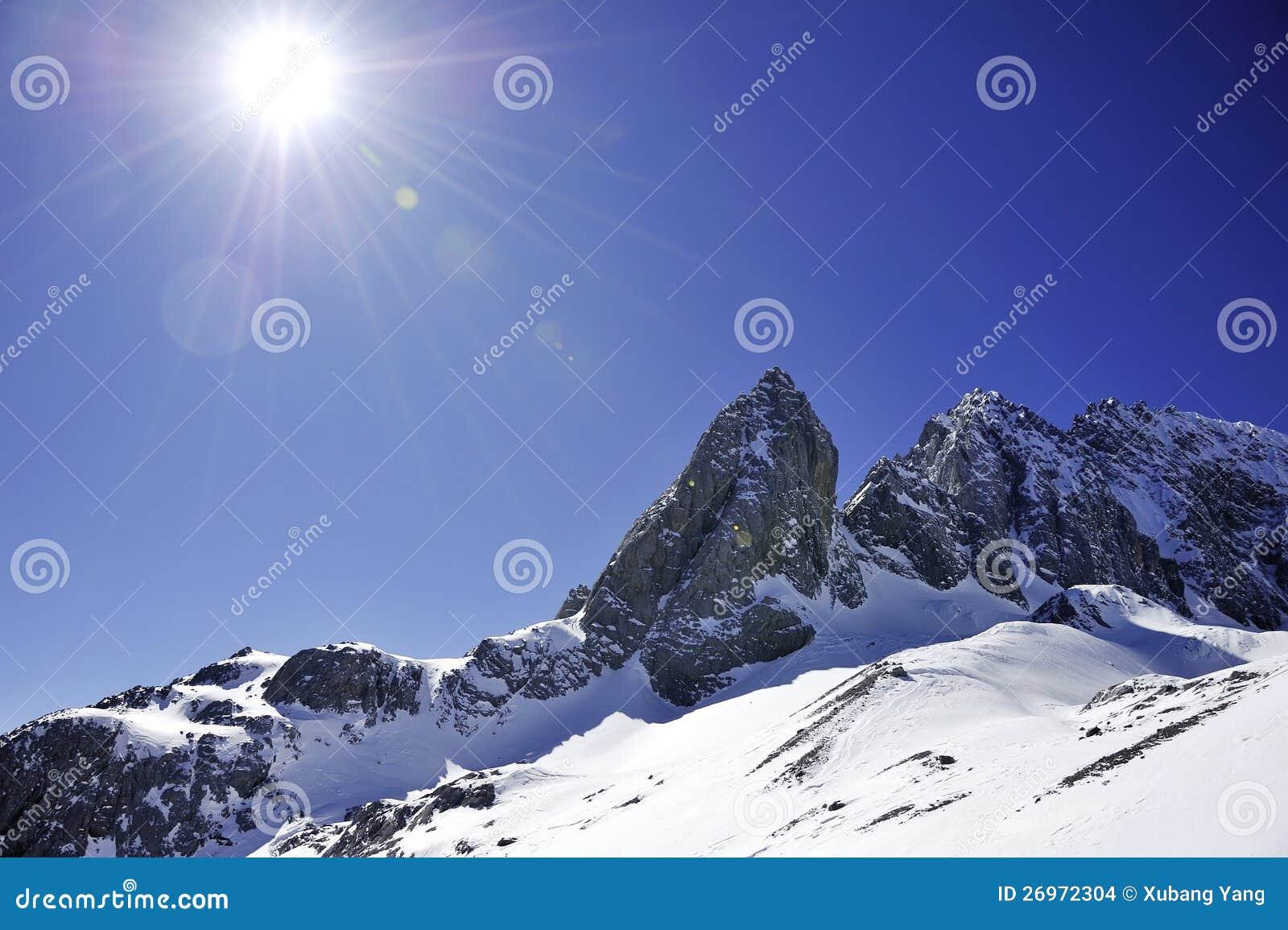 Βουνό χιονιού με τον ηλιόλουστο ουρανό