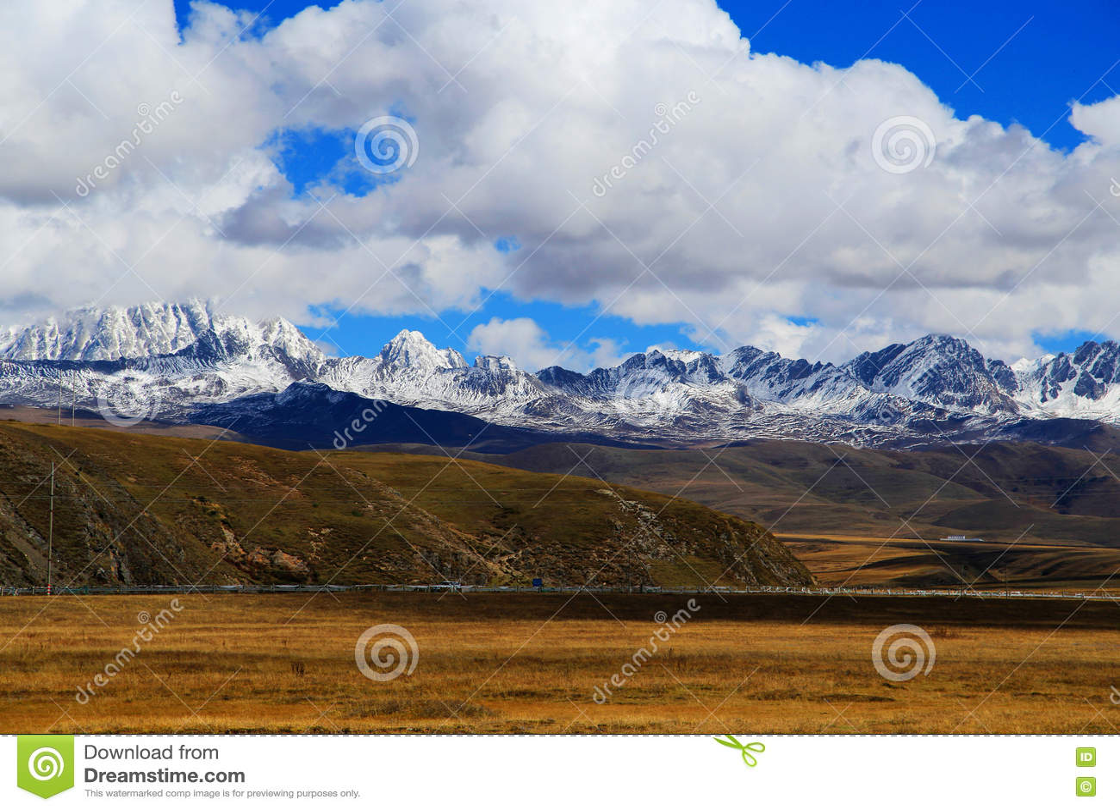 Βουνό χιονιού Yala και λιβάδι Tagong