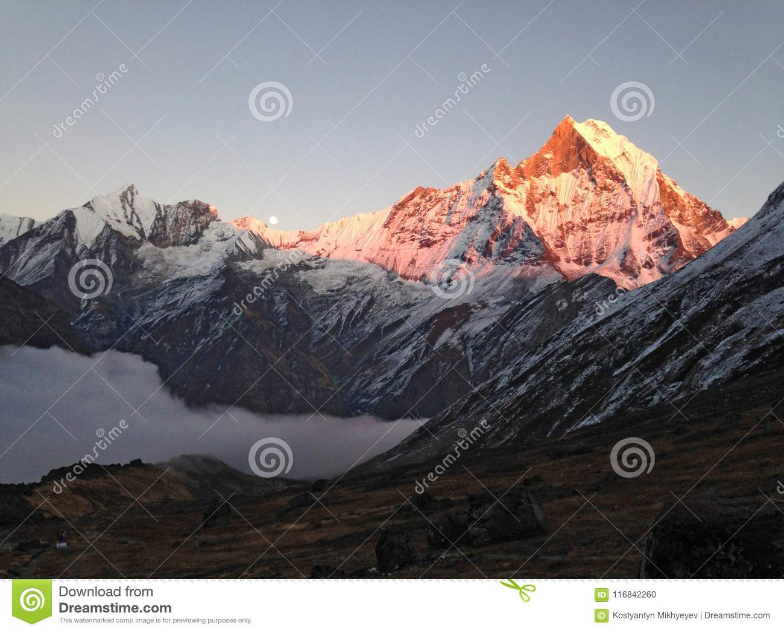Βουνό Machapuchare, κορυφογραμμή και φεγγάρι