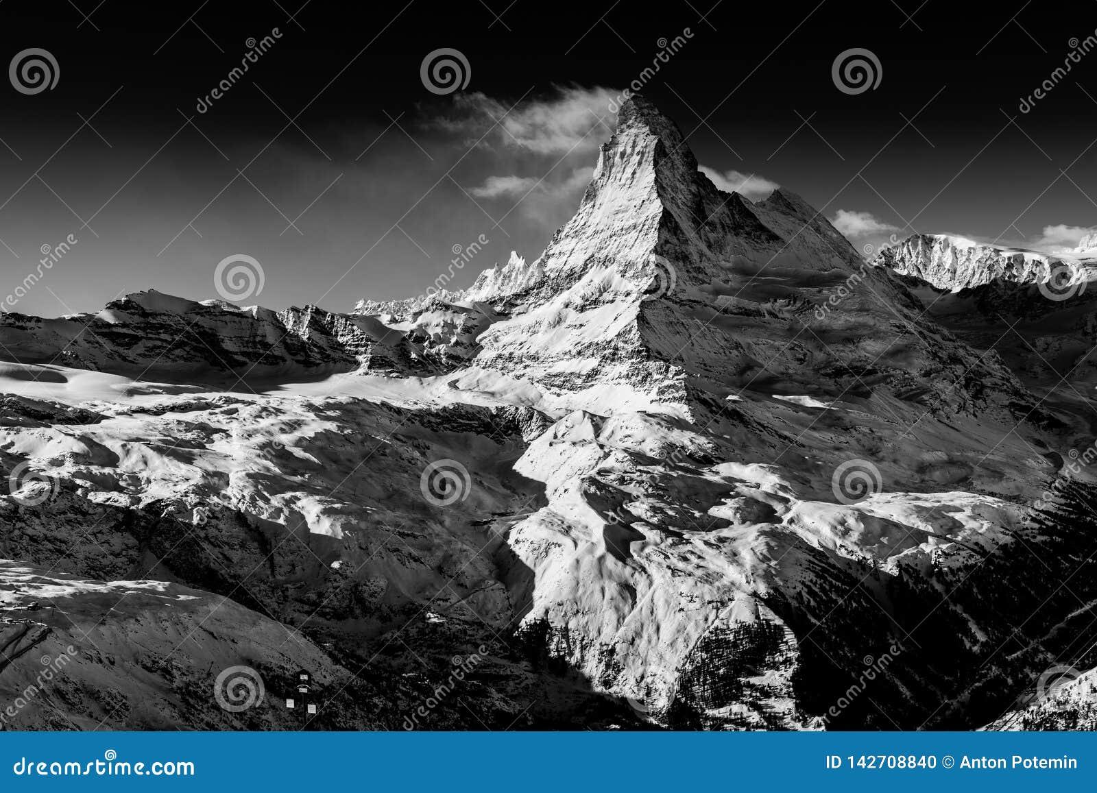Βουνό Matterhorn που καλύπτεται από τα σύννεφα