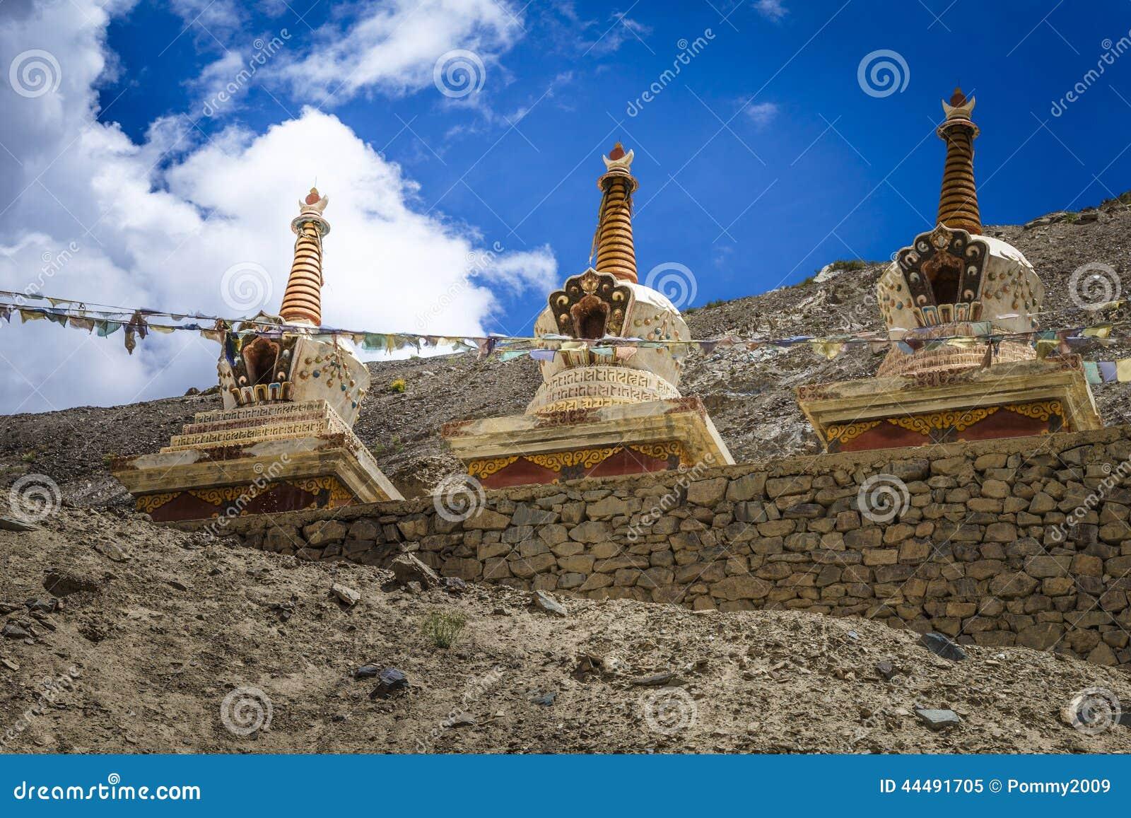 Βουδιστικά stupas (chortens) στα ινδικά Ιμαλάια σε Ladakh